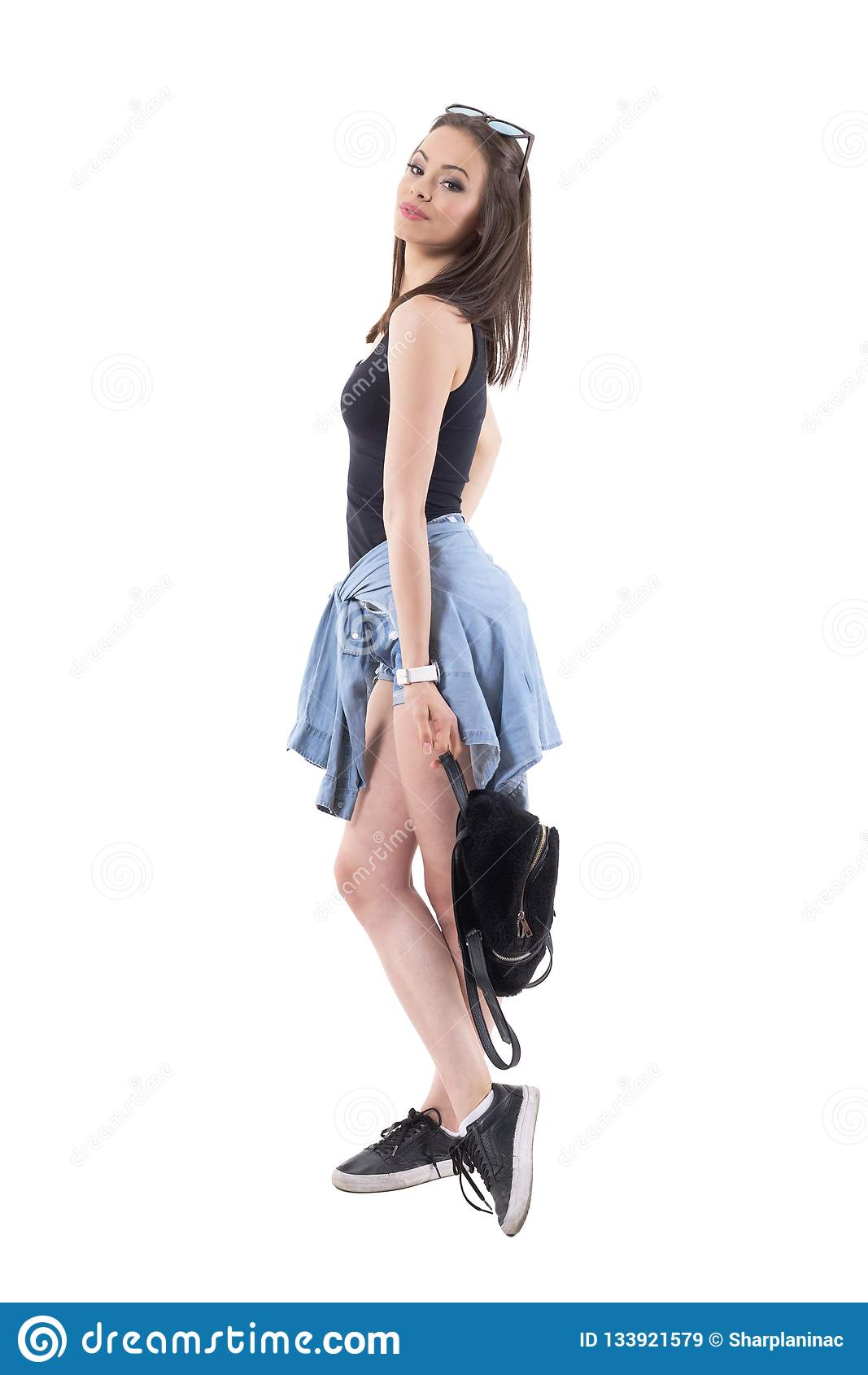 有态度藏品袋子的确信的时兴的时髦的年轻诱人的妇女
