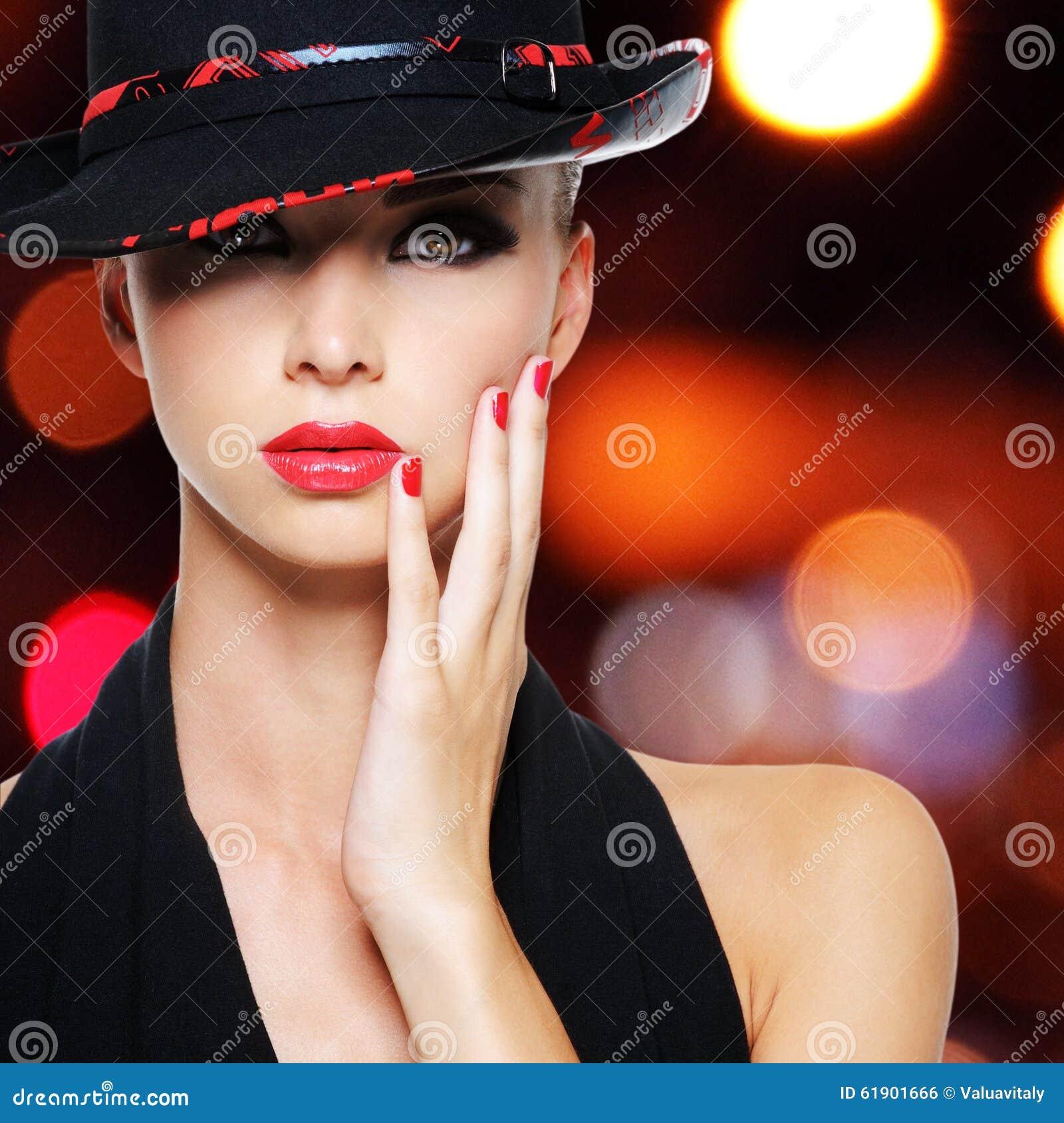 有性感的美丽的红色嘴唇的魅力性感的妇女