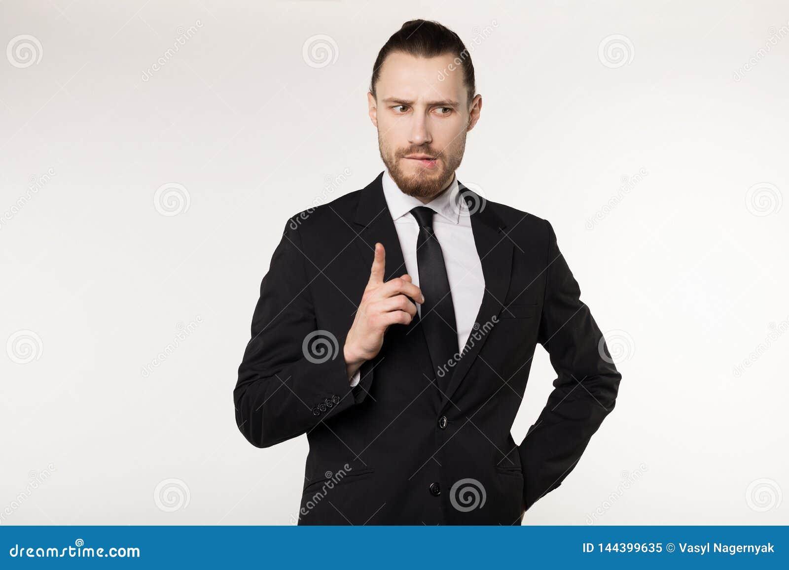 有悦目发型、佩带的黑衣服和领带的愉快的美丽的有胡子的人