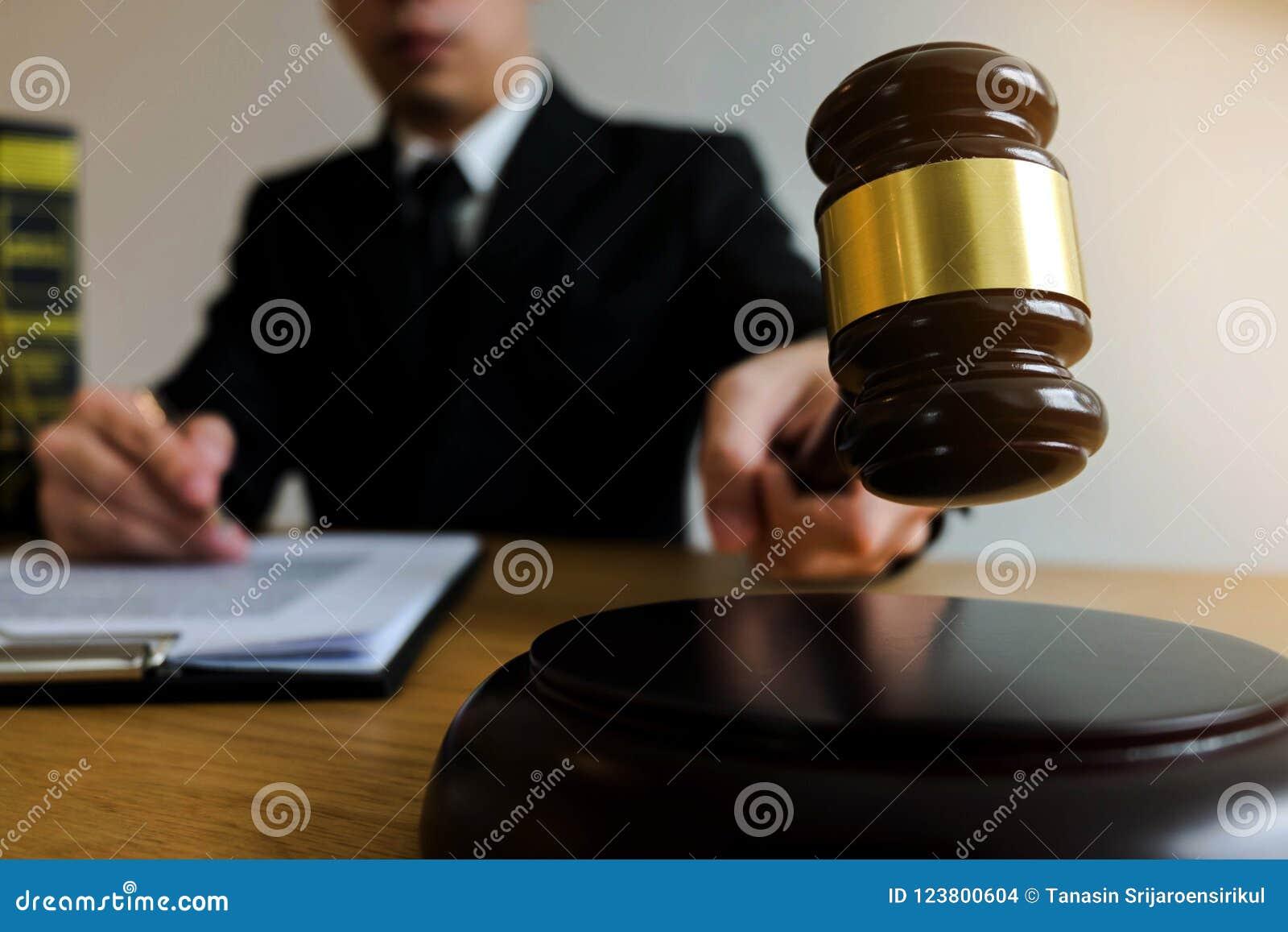 有惊堂木的法官在桌上 律师、法院法官、法庭和ju