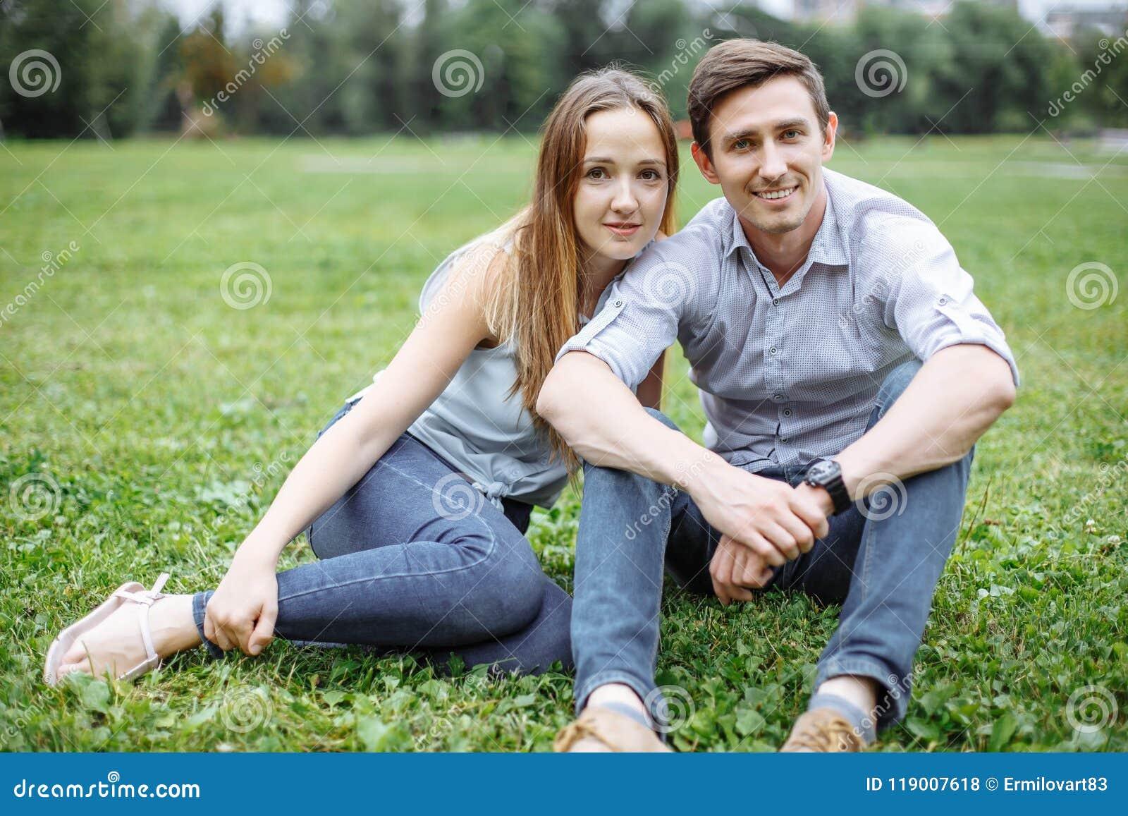有愉快的年轻的夫妇野餐室外在一个夏日