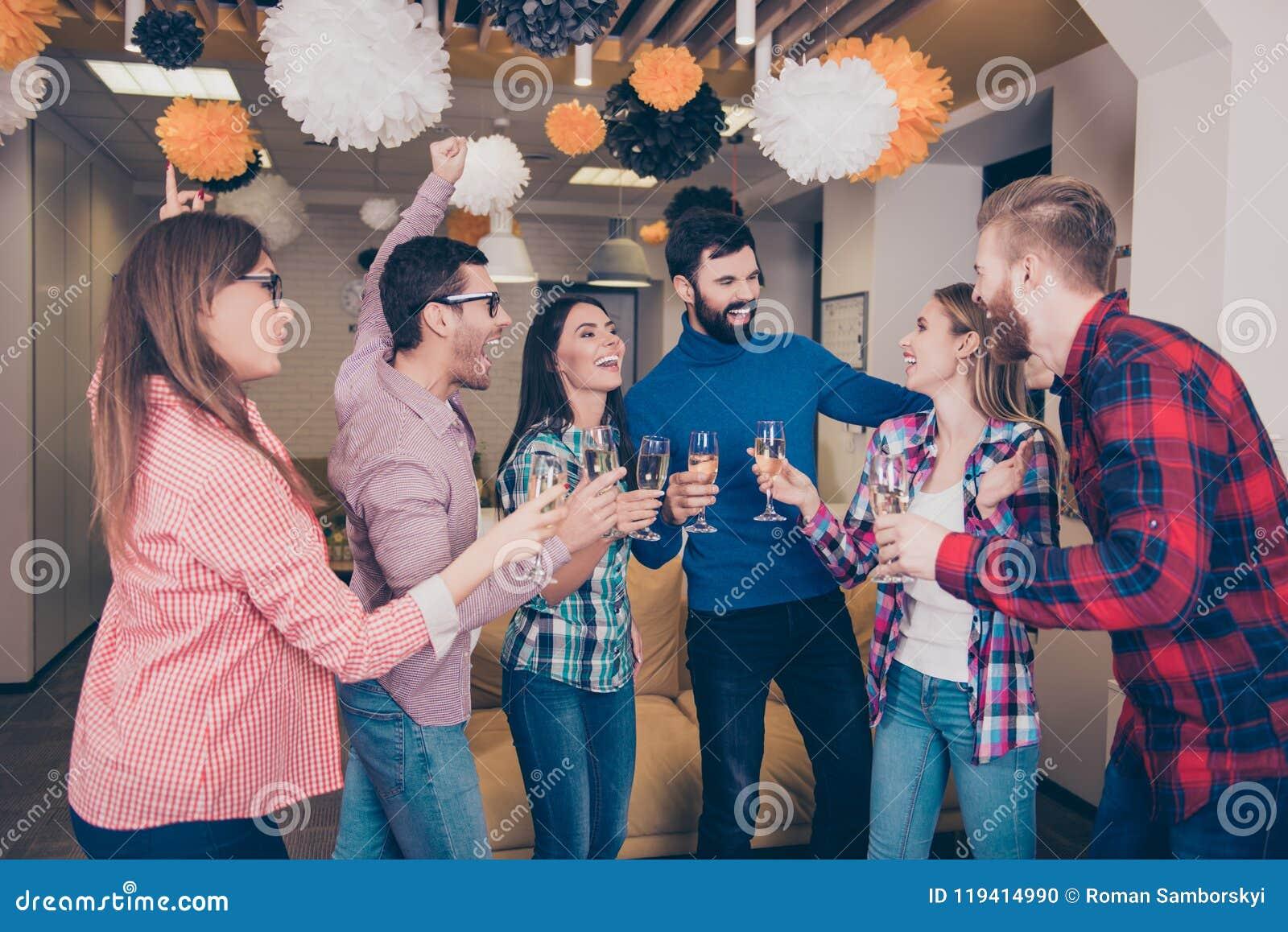 有愉快的快乐的学生` s的队党用香槟 英俊有吸引力快乐高兴好相当美丽激动rejoic