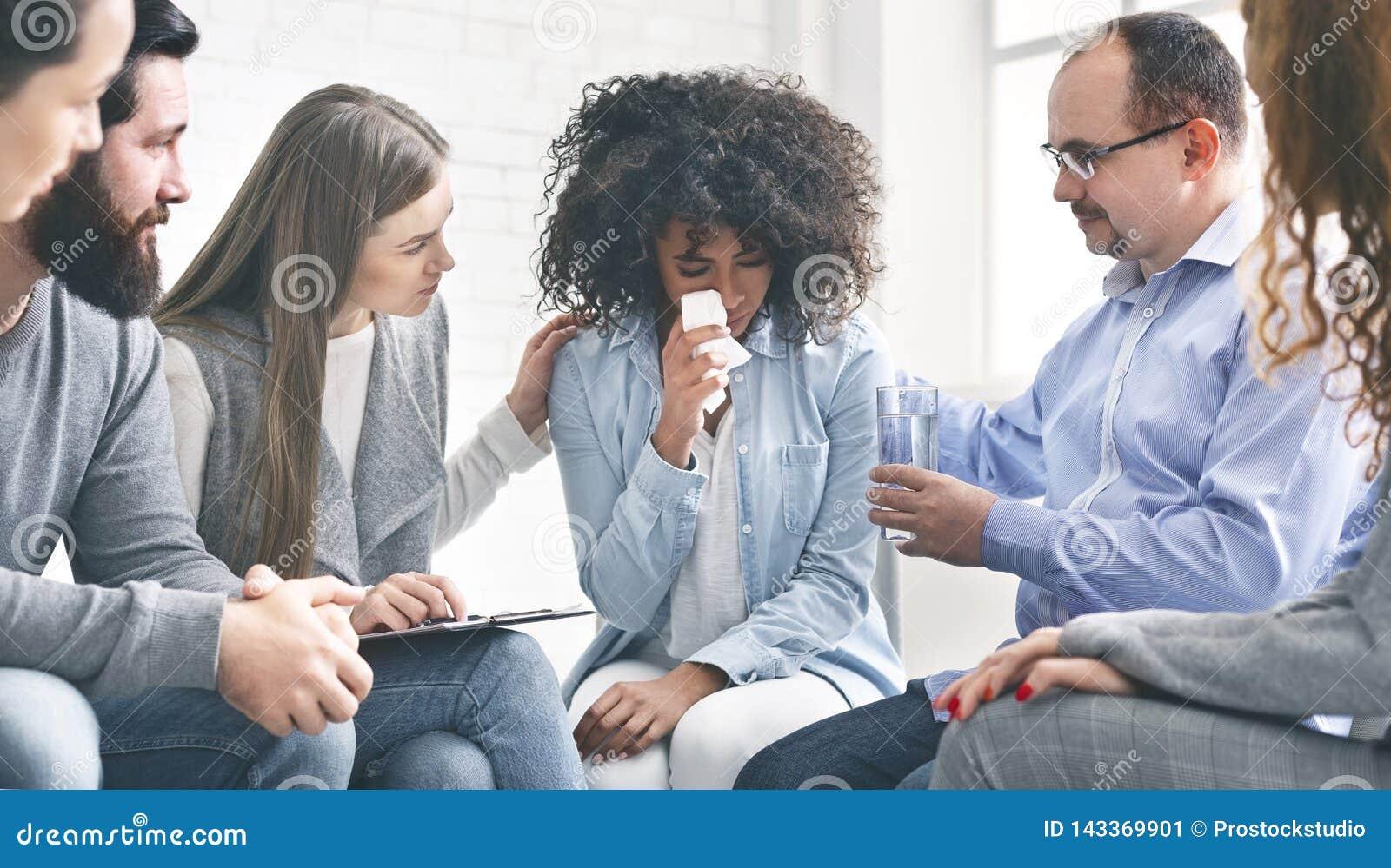 有感情问题的年轻女人哭泣在精神疗法期间的