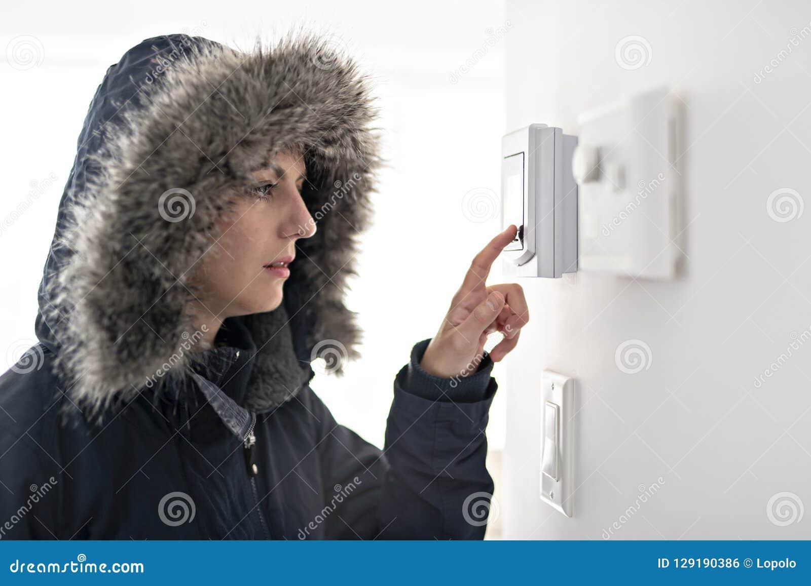 有感觉在议院里面的温暖的衣物的妇女寒冷