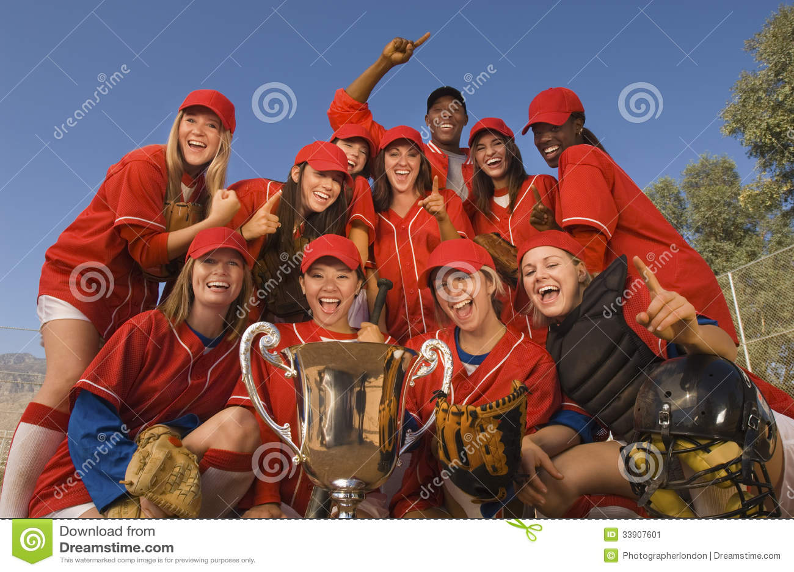 有战利品的庆祝反对天空的垒球队和教练