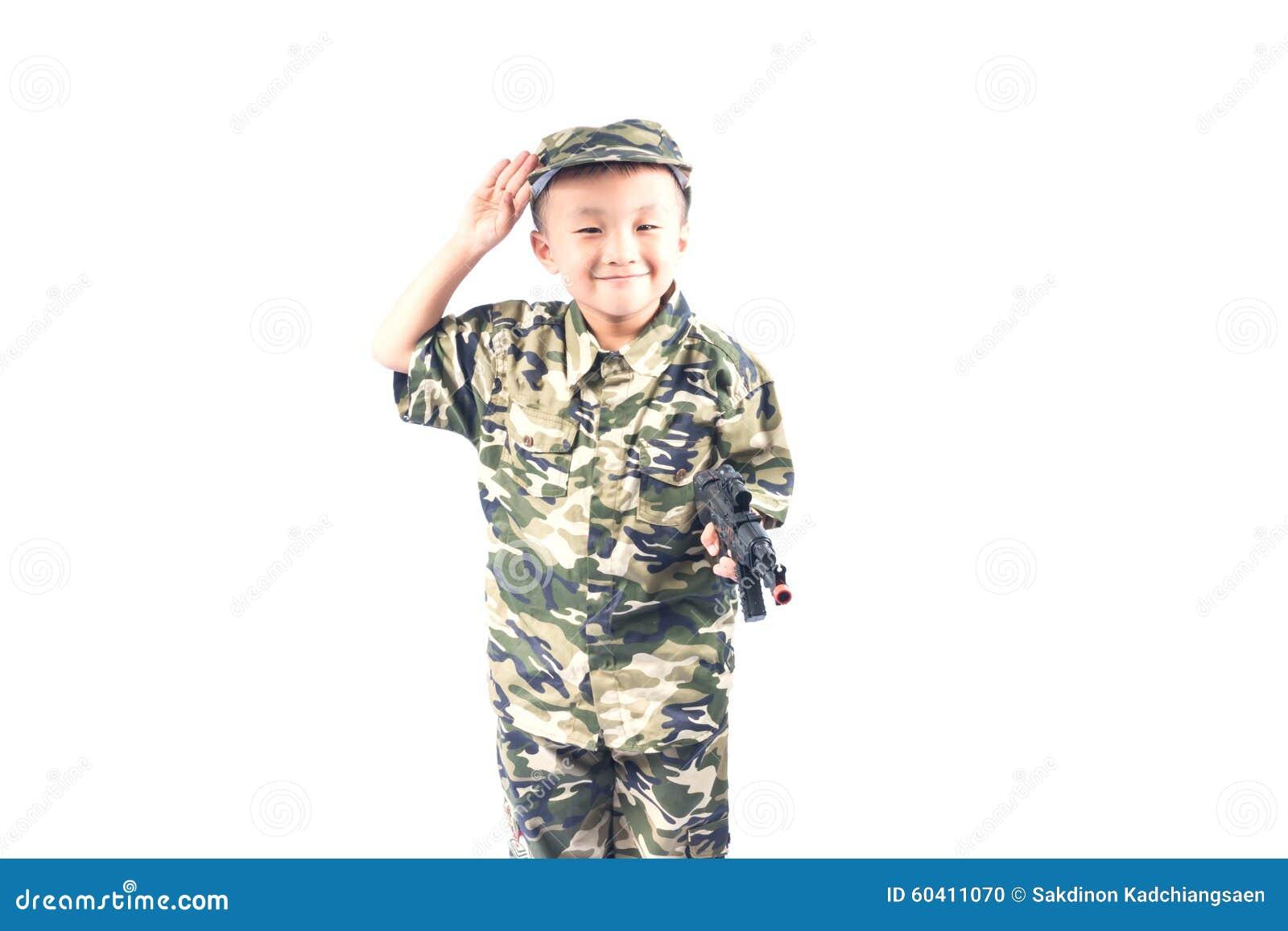 有战士衣服的小男孩