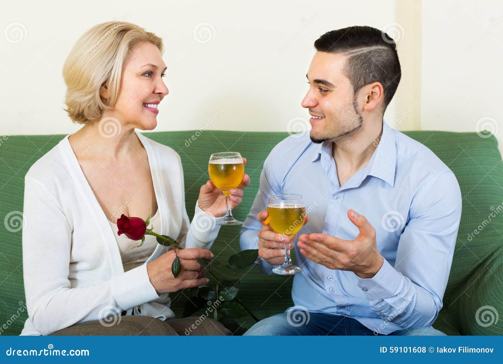 有户内年轻人的成熟妇女