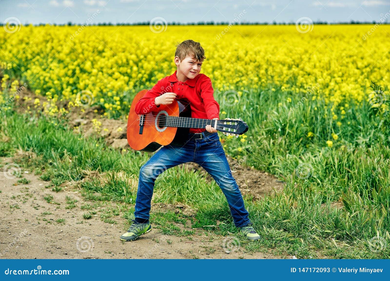 有户外声学吉他的男孩
