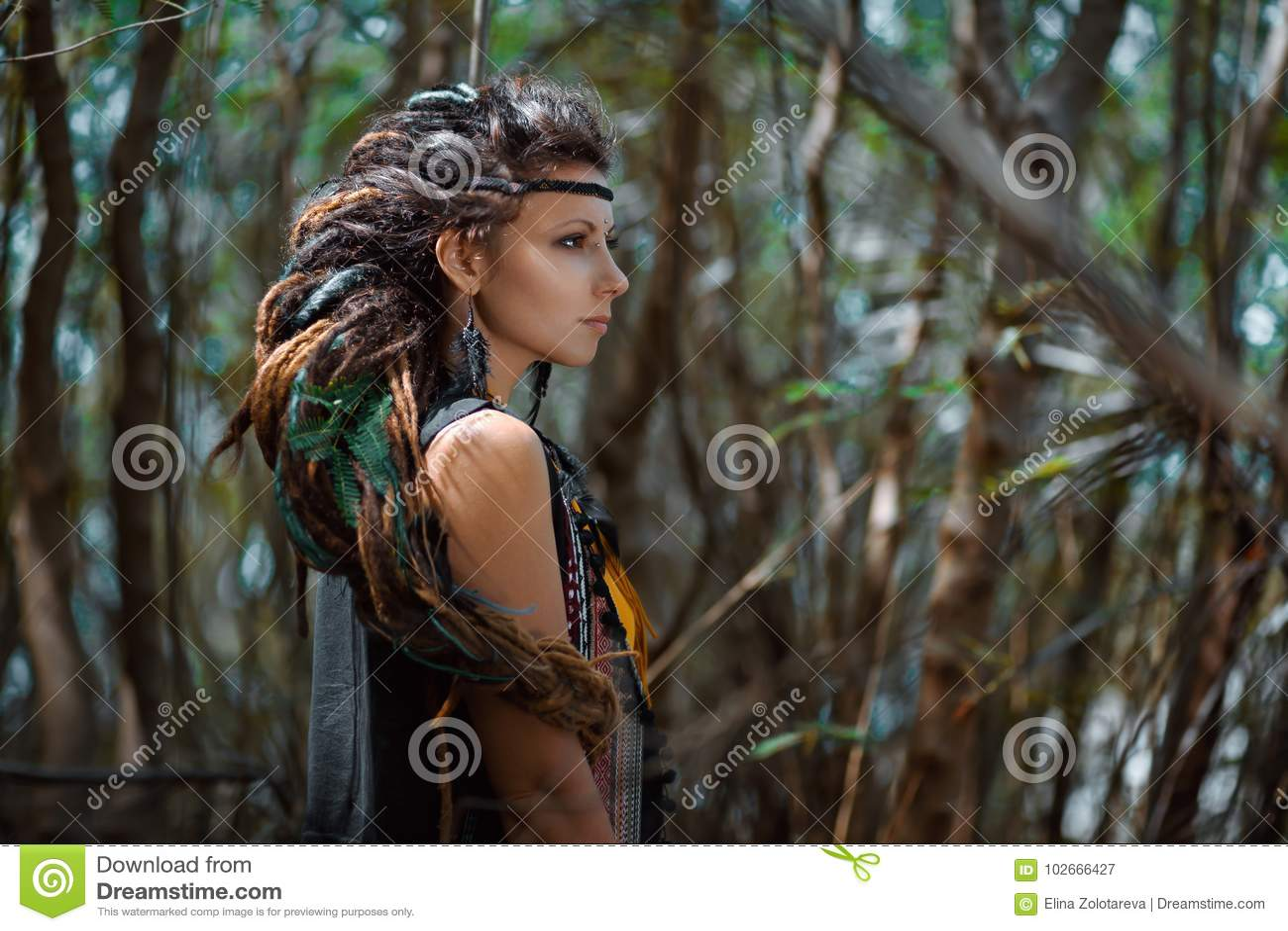 有户外dreadlocks发辫的美丽的吉普赛女孩