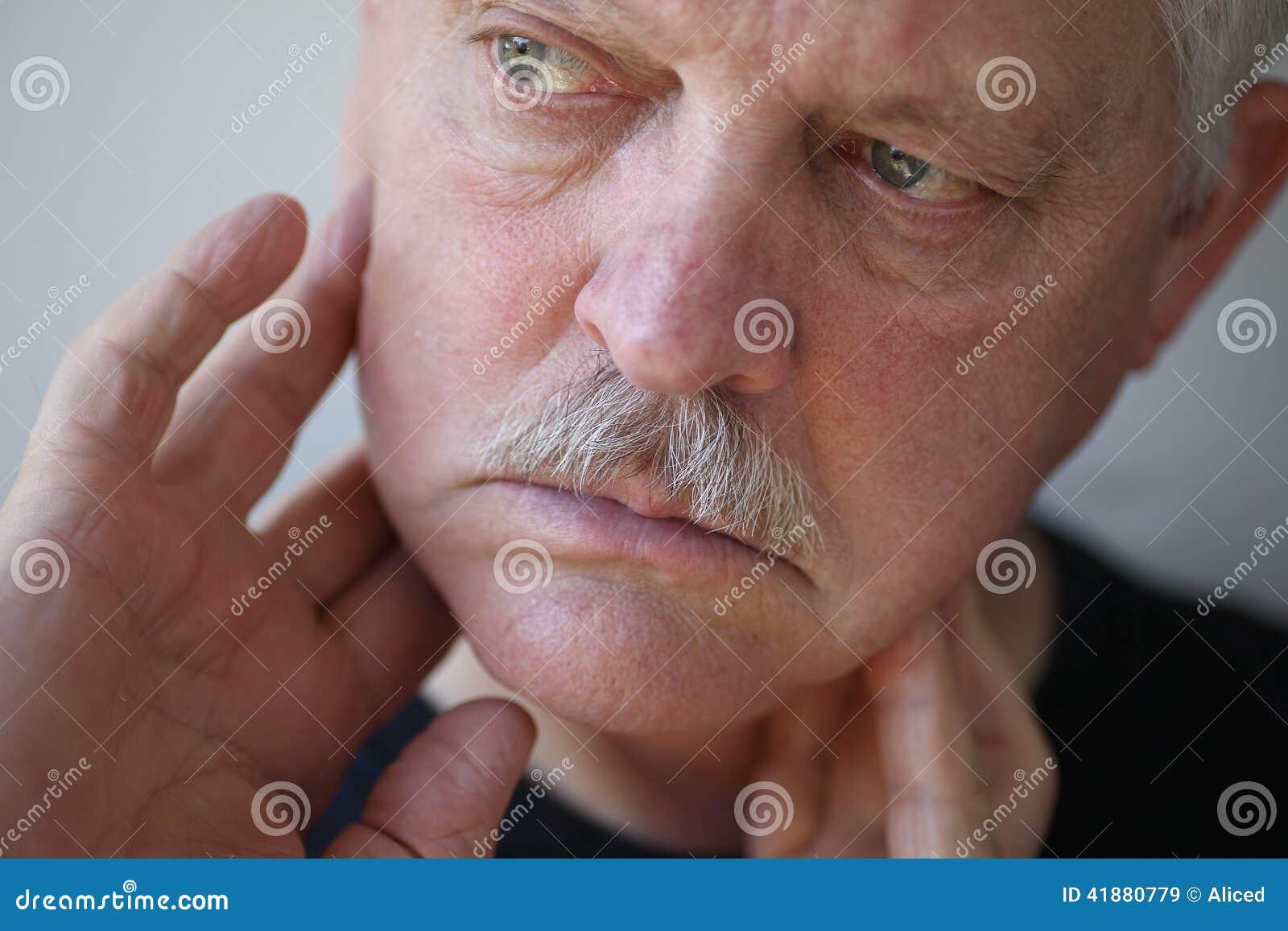 有手指的人在痛苦的下颌