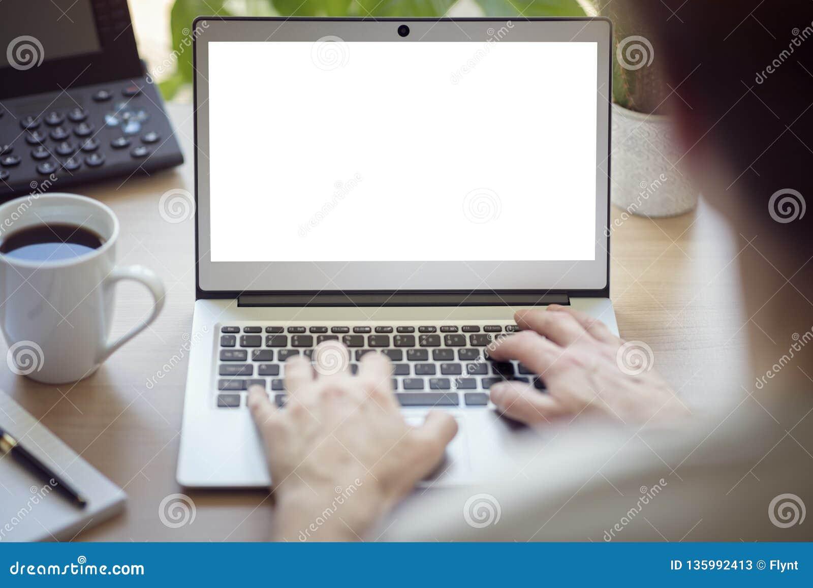 有手提电脑的人在有黑屏的办公桌