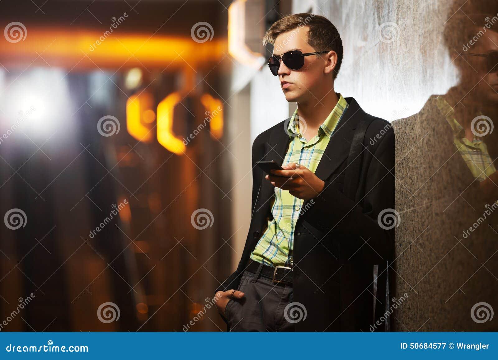 Download 有手机的年轻时尚人在墙壁 库存图片. 图片 包括有 生活方式, 时兴, 英俊, 办公室, 人们, 经理, 夹克 - 50684577