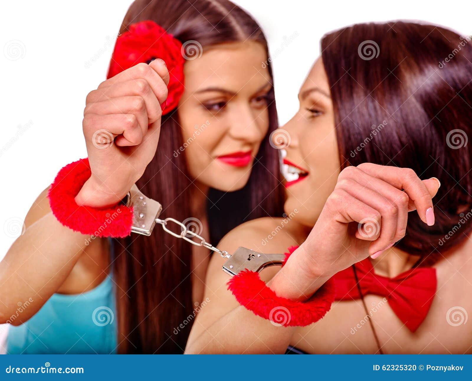 色情女同性恋_有手铐的性感的女同性恋的妇女在色情比赛 查出在白色.