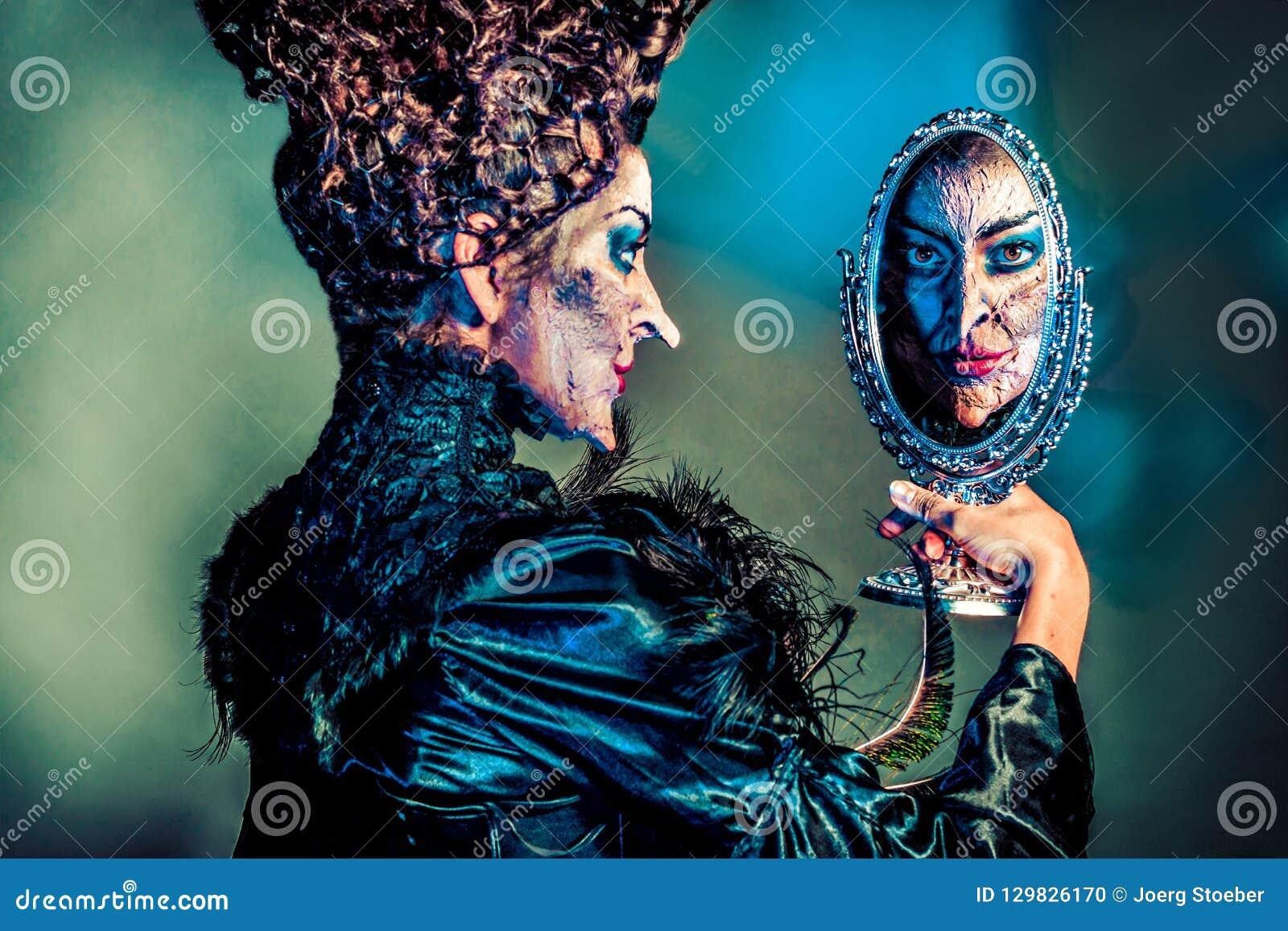 有手镜的可怕邪恶的巫婆