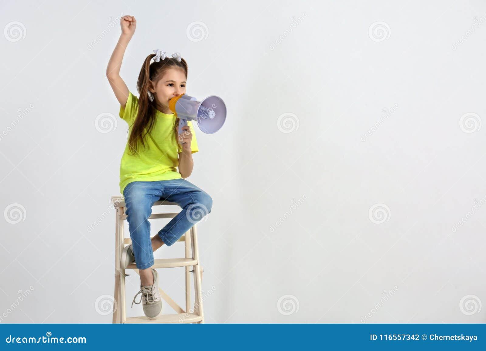 有扩音机开会的逗人喜爱的小女孩