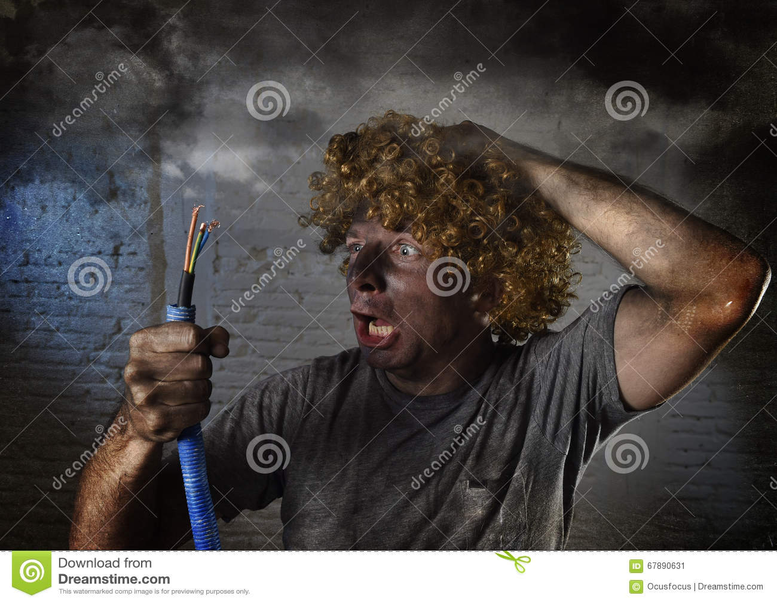 有抽烟在与肮脏的被烧的面孔震动的国内事故以后的缆绳的被触电致死的人触电了致死表示