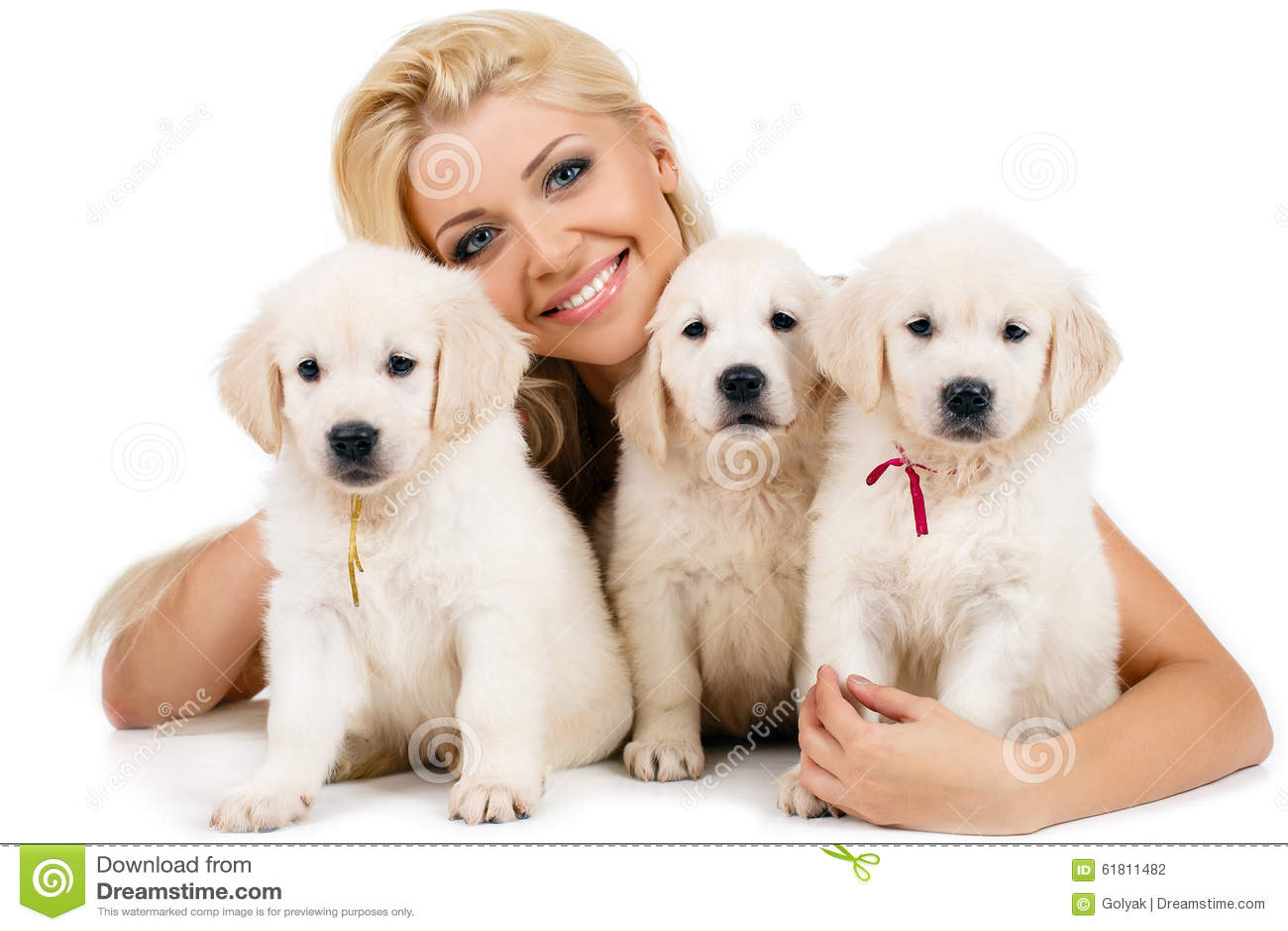 有拉布拉多一只小白色小狗的美丽的金发碧眼的女人