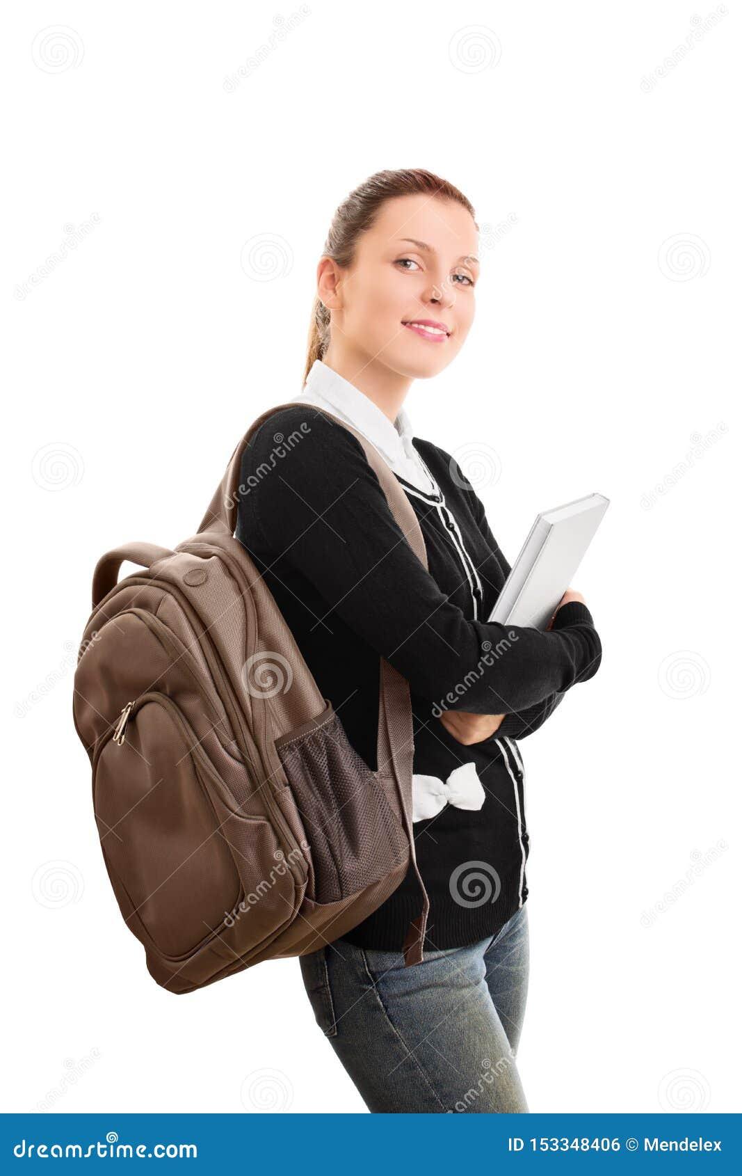 有拿着书的背包的年轻女生
