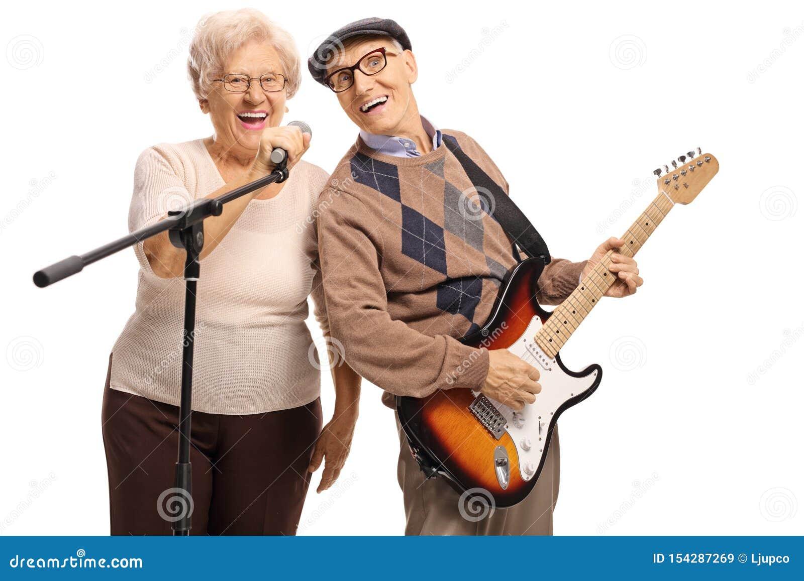 有拿着话筒的一名电吉他和资深妇女的老人