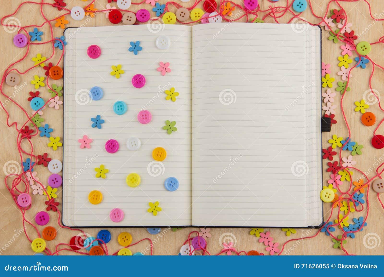 有按钮的开放笔记本页女裁缝,螺纹,花和