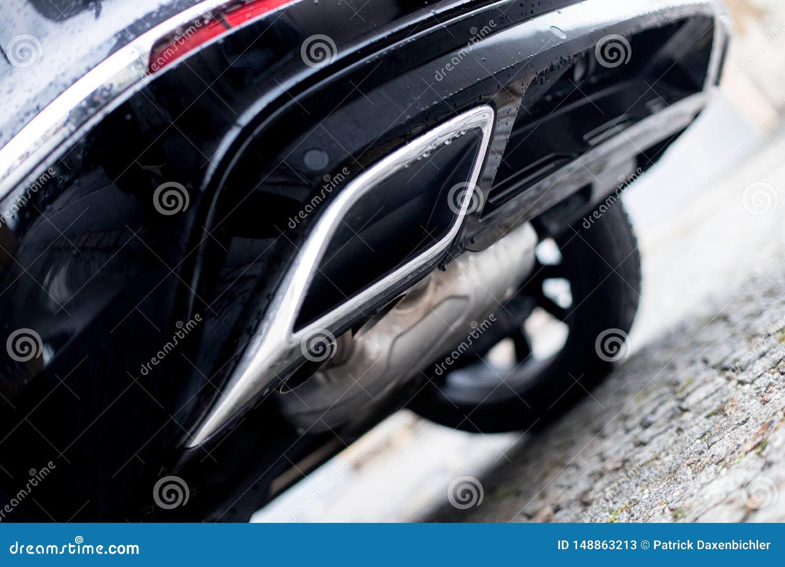 有排气管、污染和美好的尘土的强有力的汽车