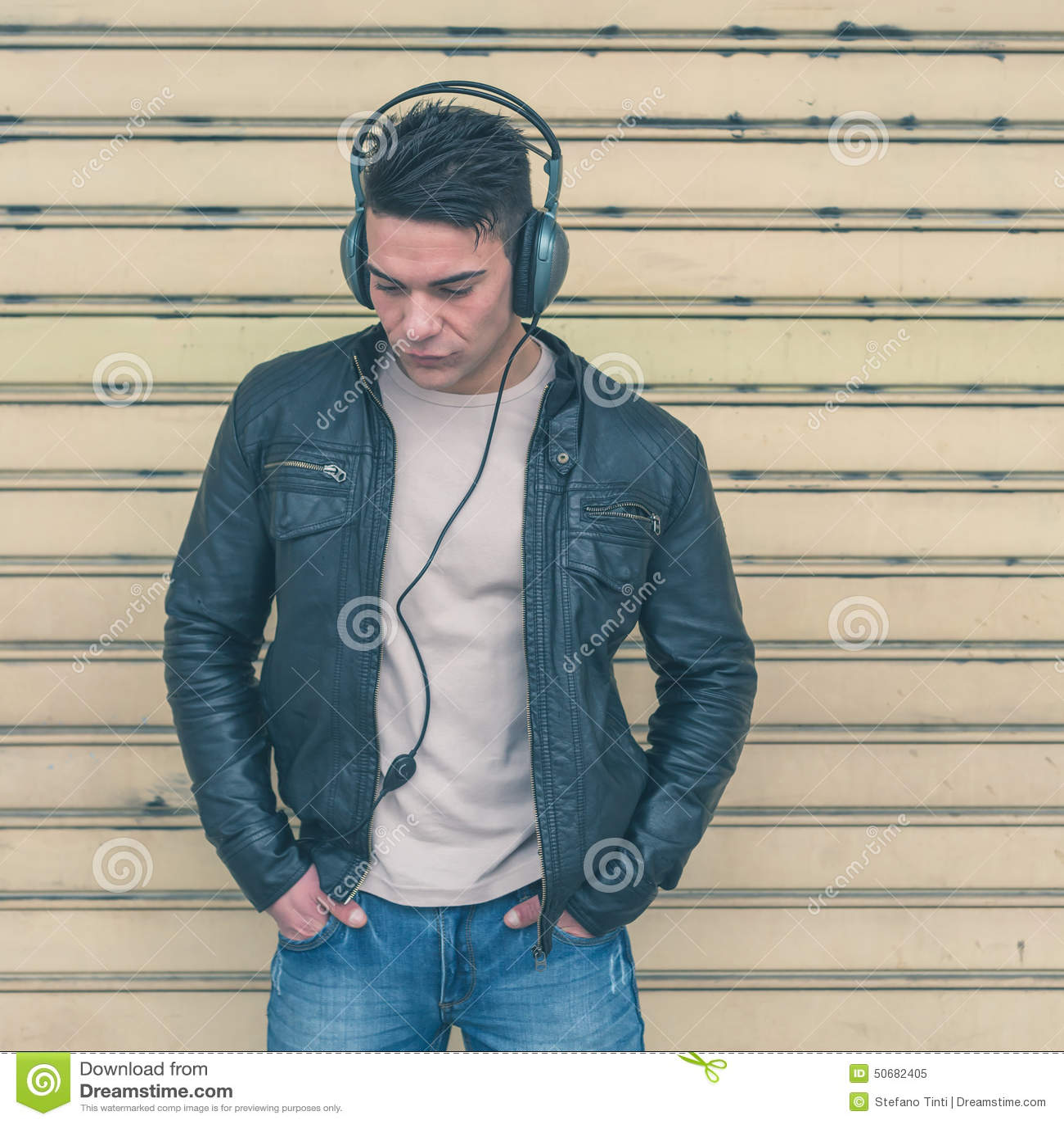 Download 有摆在城市街道的耳机的年轻英俊的人 库存图片. 图片 包括有 表达式, 白种人, 冷静, 偶然, 全能, 严重 - 50682405