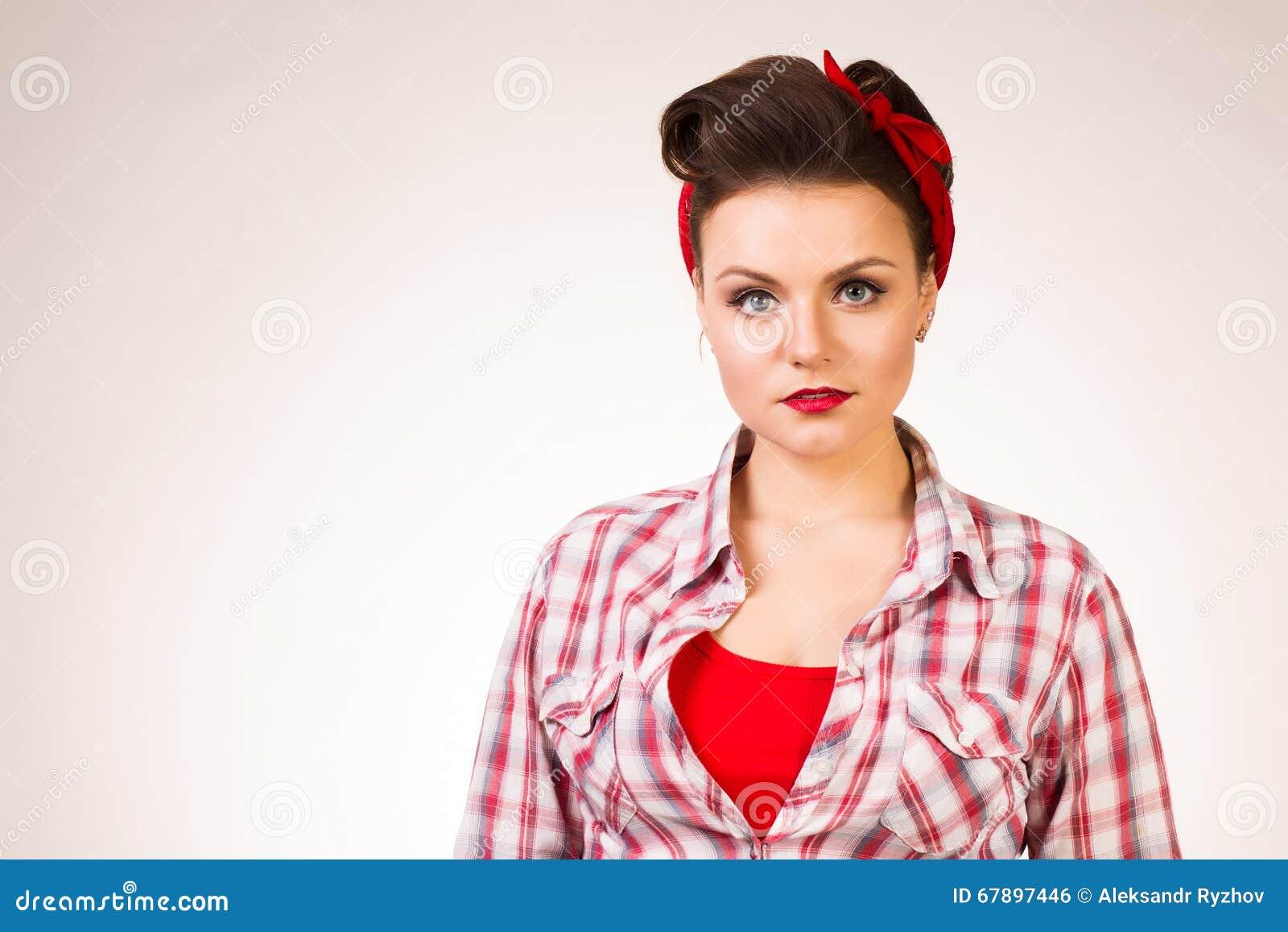 有摆在桃红色背景的针构成和发型的美丽的少妇