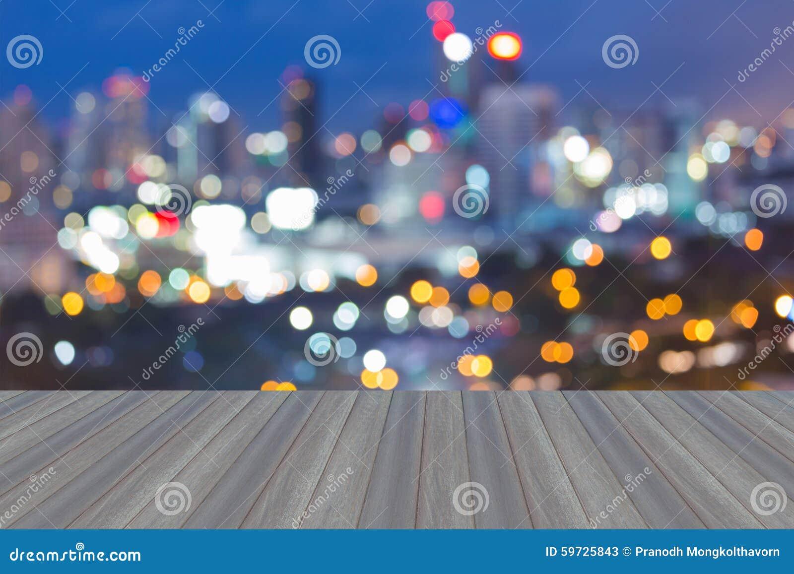 有摘要的木平台弄脏了bokeh城市光地平线,暮色backgroun