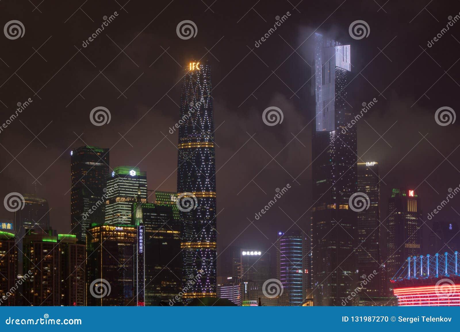 有摩天大楼的(广州)夜现代城市 城市大厦在晚上发光 商业中心的高塔发光