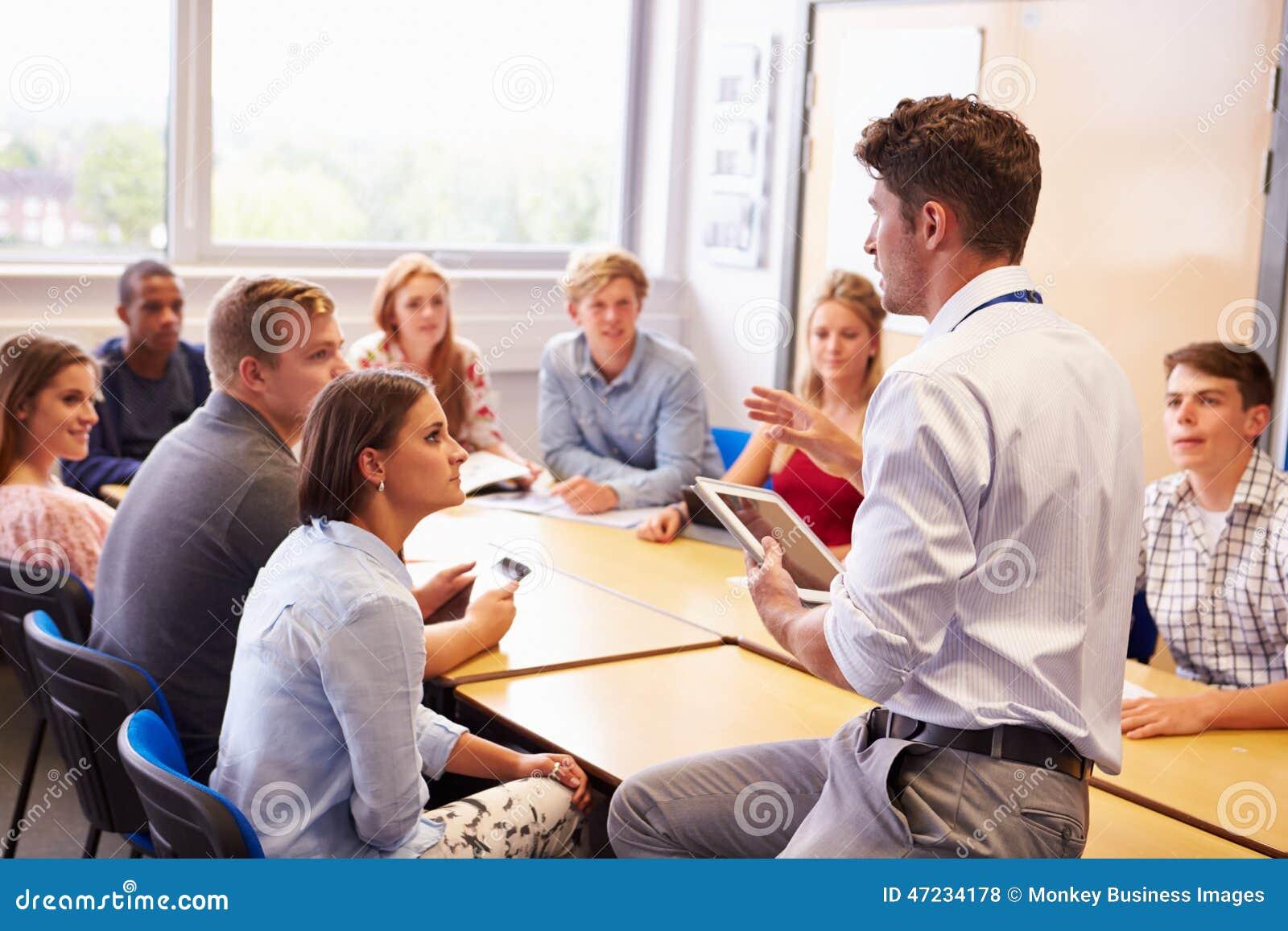 有教育的大学生的老师在教室