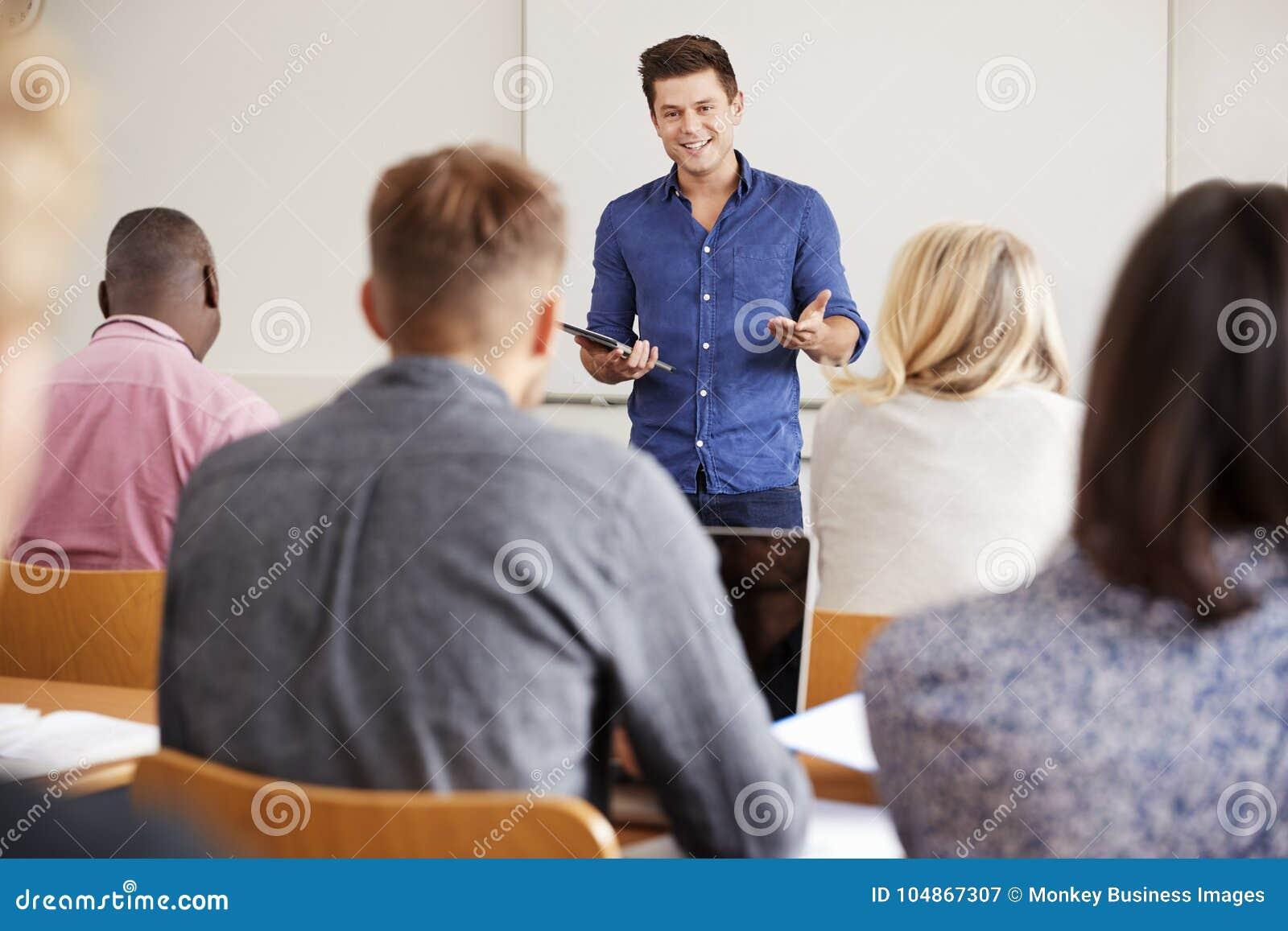 有数字式片剂的学院家庭教师教成熟学生