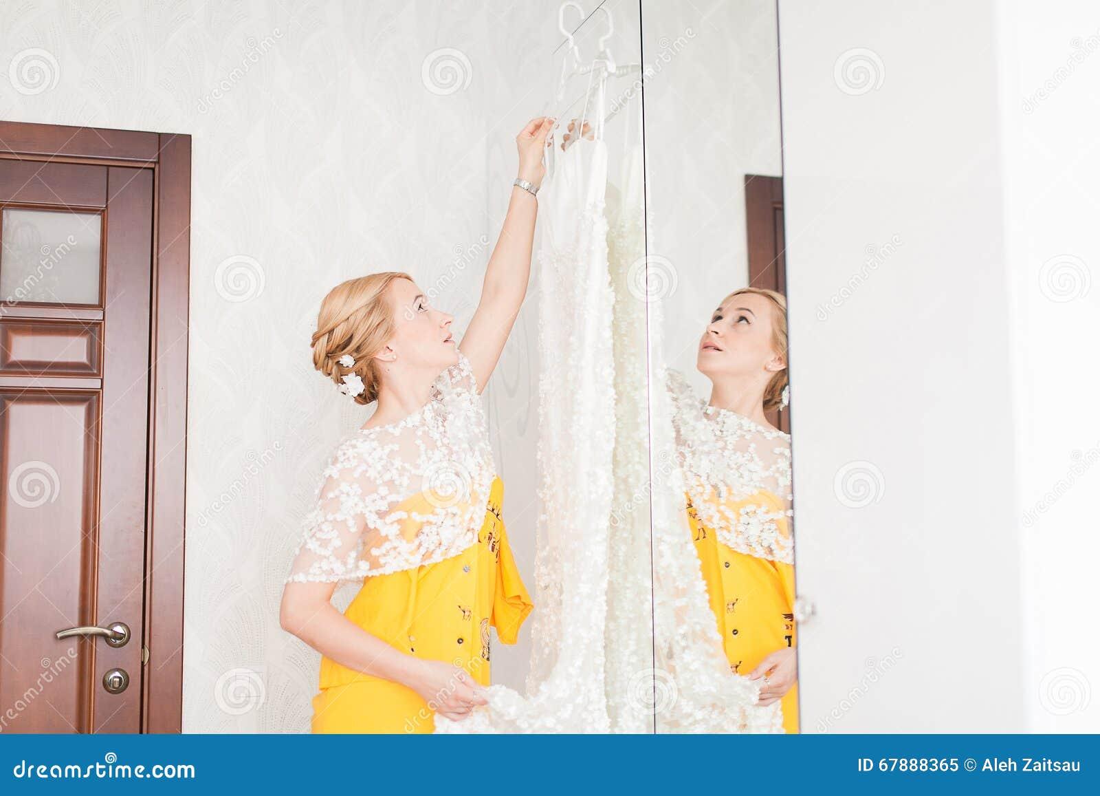 有新娘的礼服的按钮的女傧相