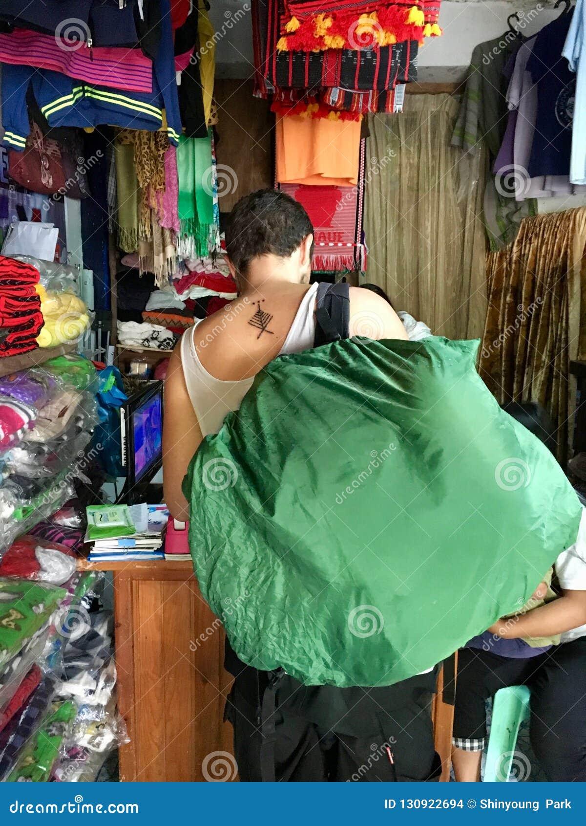 有新纹身花刺的旅客在发埃的Skorpion形式Whang Od