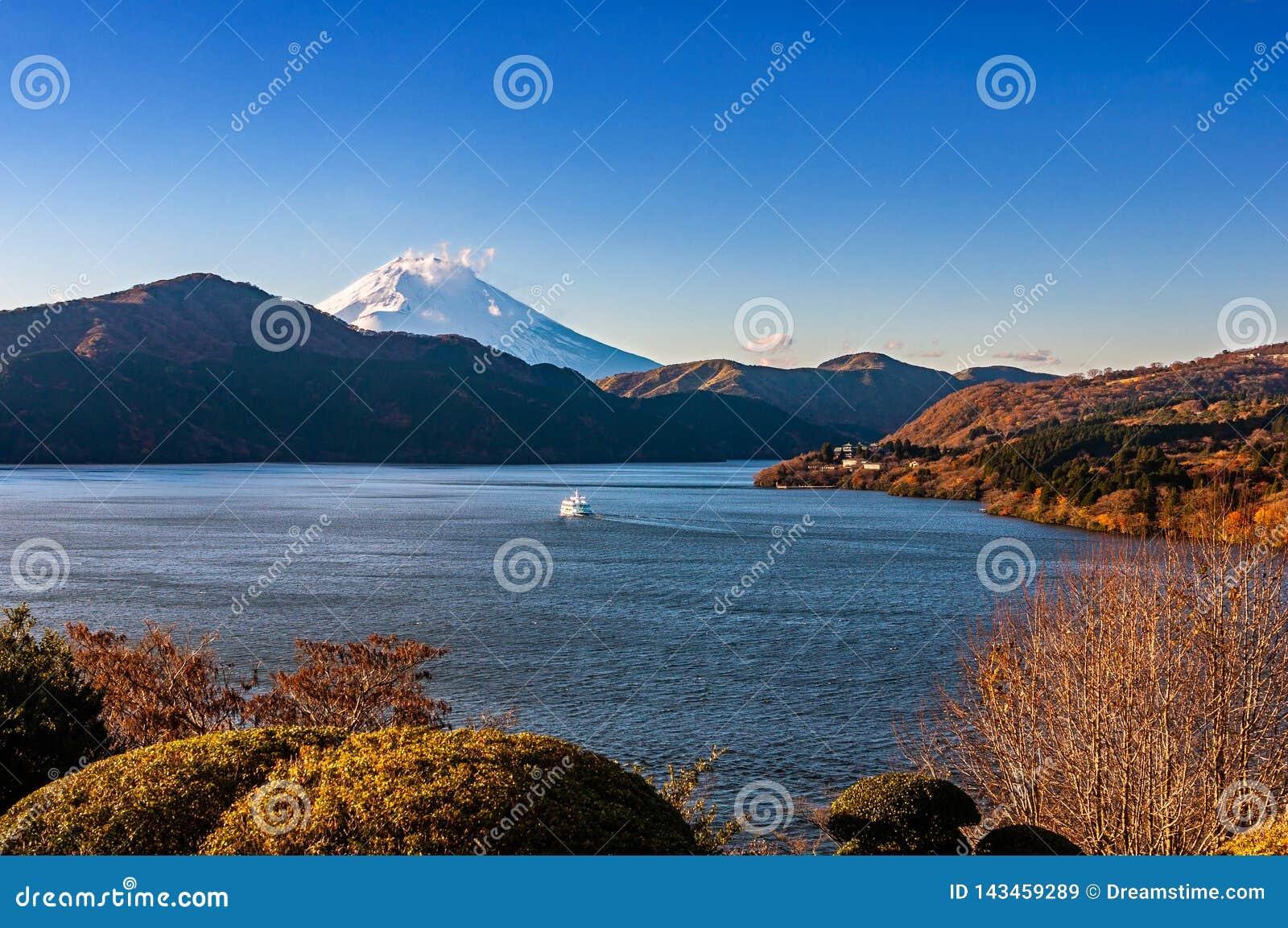 有旅游小船巡航的富士山、芦之湖和箱根镇