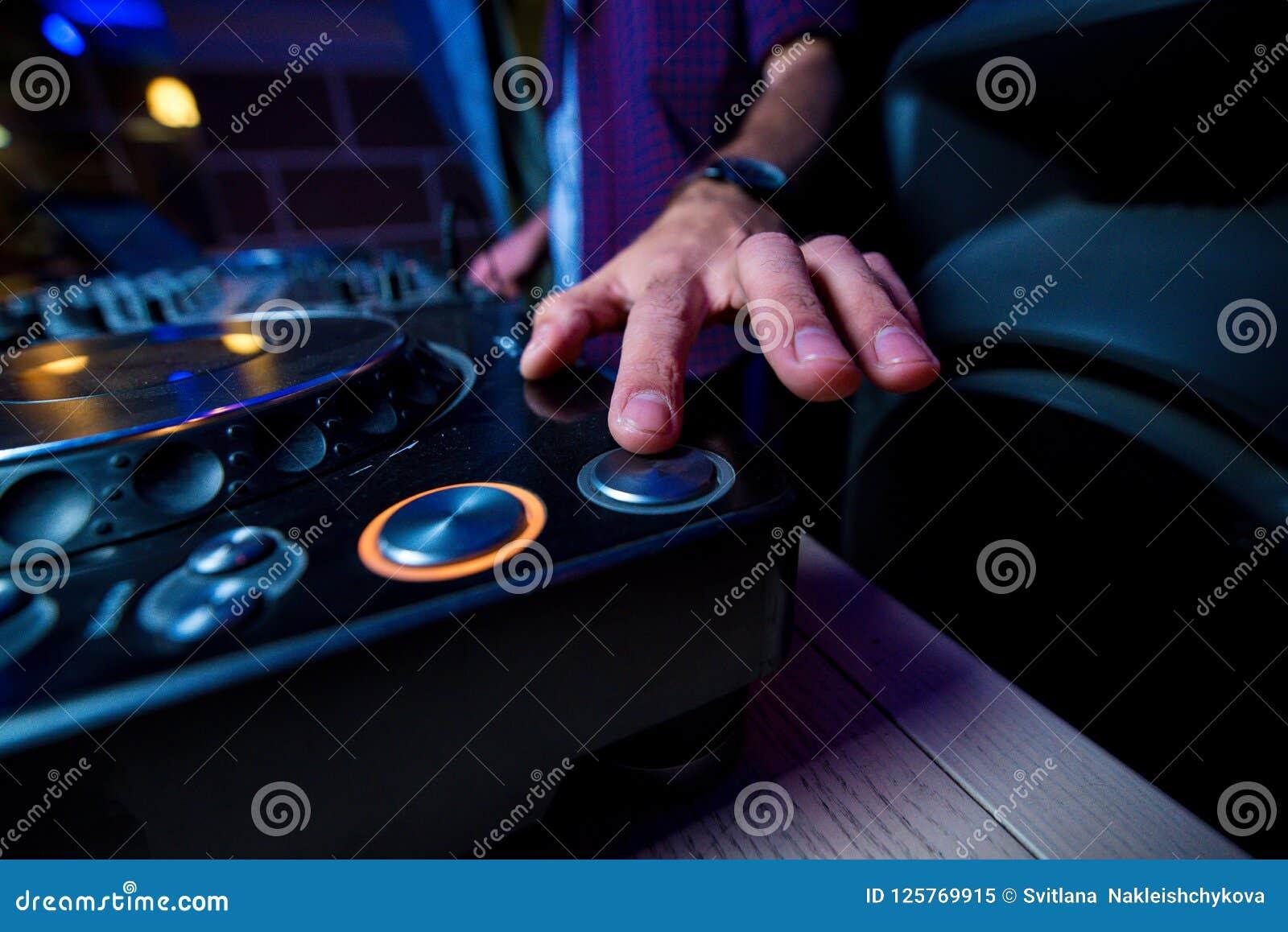 有时钟的人` s手按DJ keypa的按钮