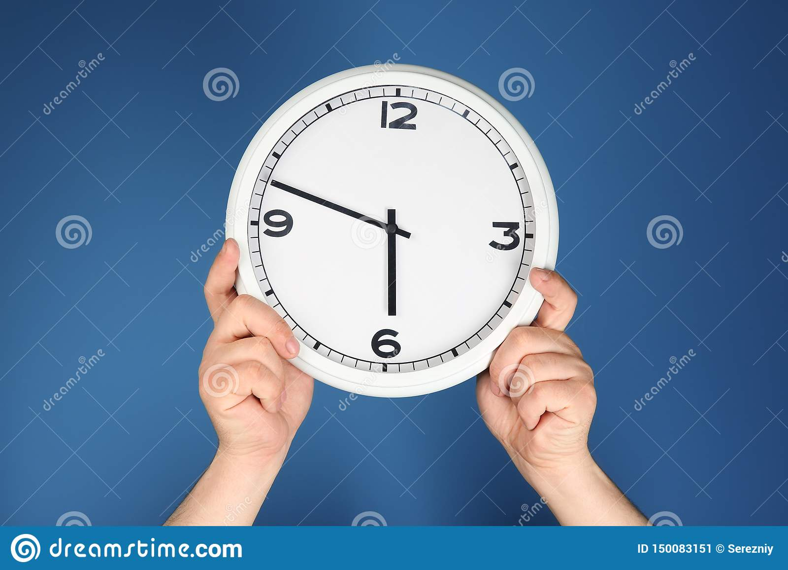 有时钟的男性手在颜色背景 E