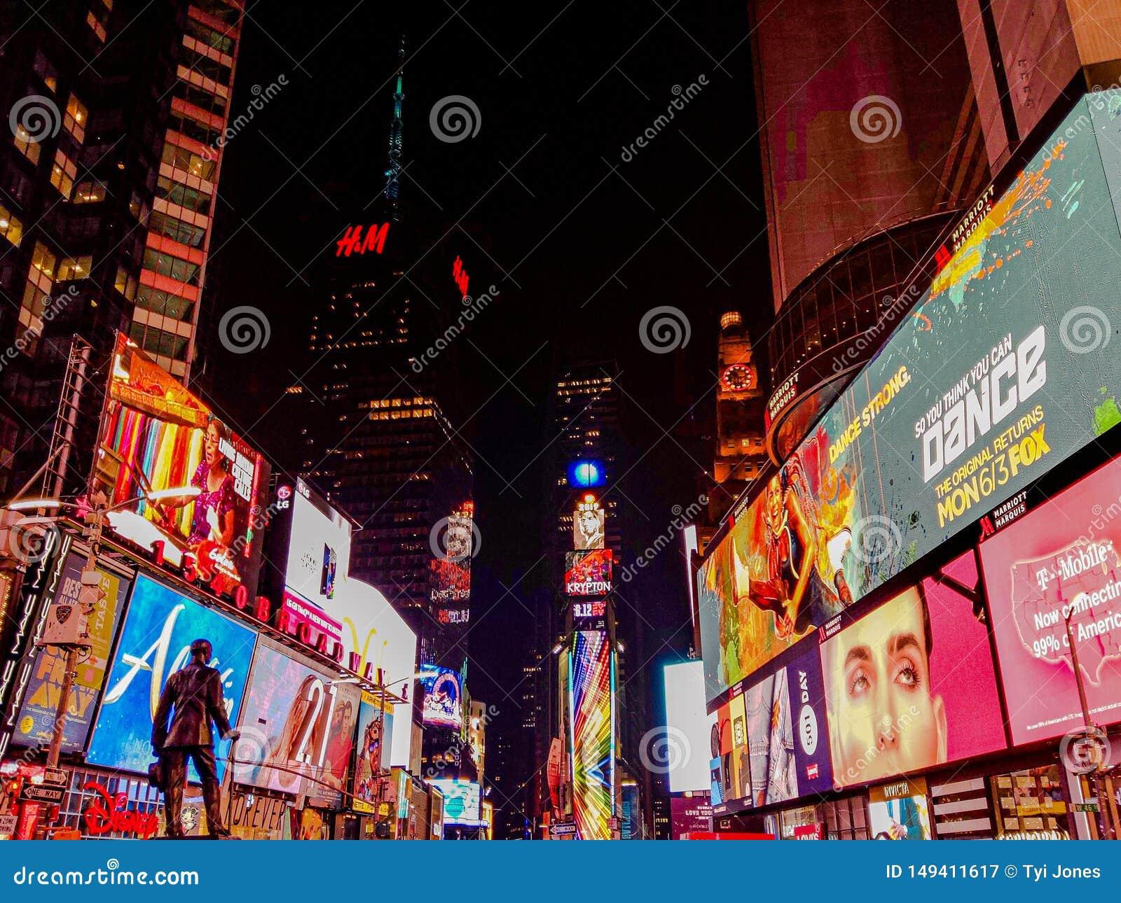 有明亮的光的纽约繁忙的城市