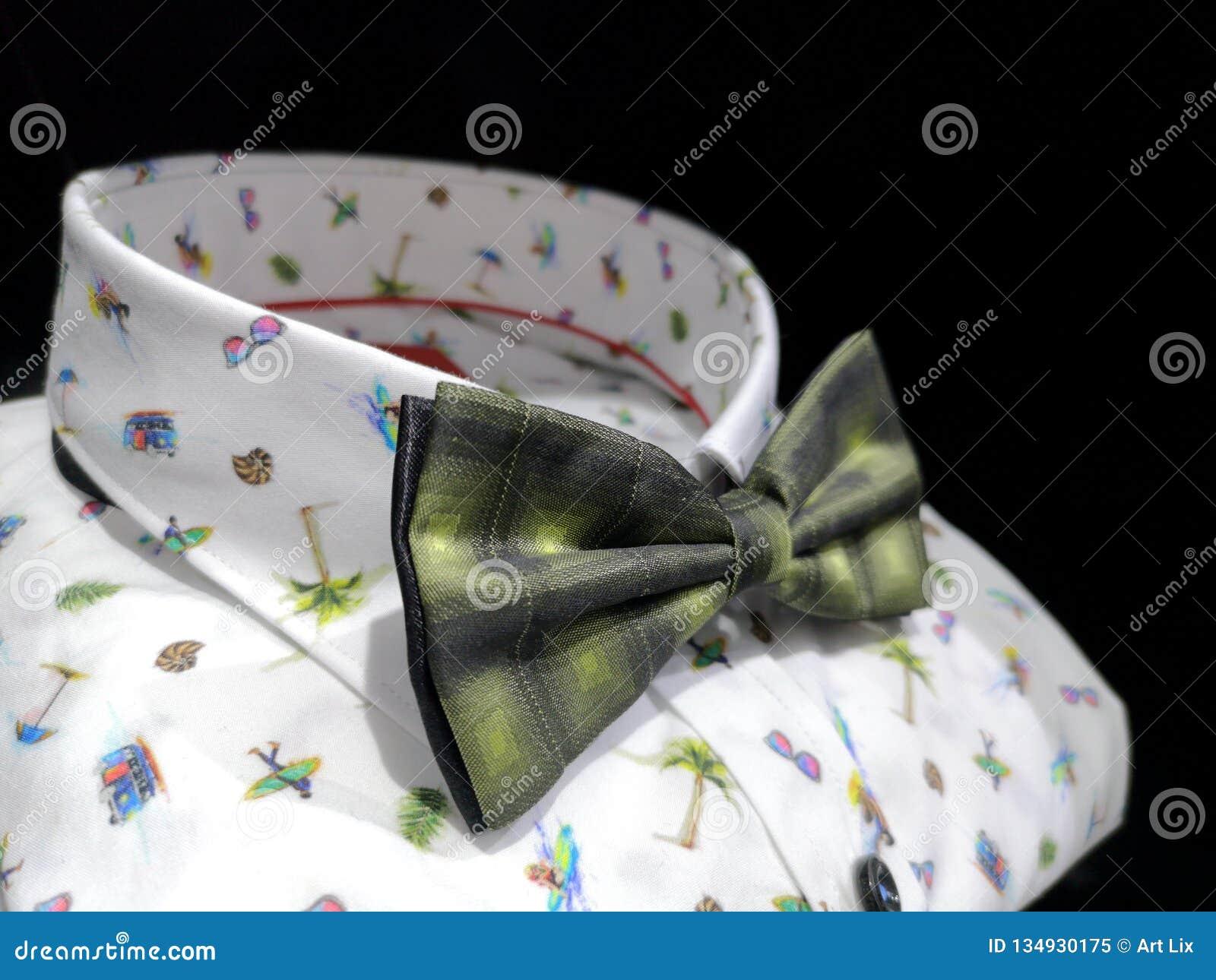 有明亮的夏天样式的白色衬衫与一个美丽的绿色蝶形领结