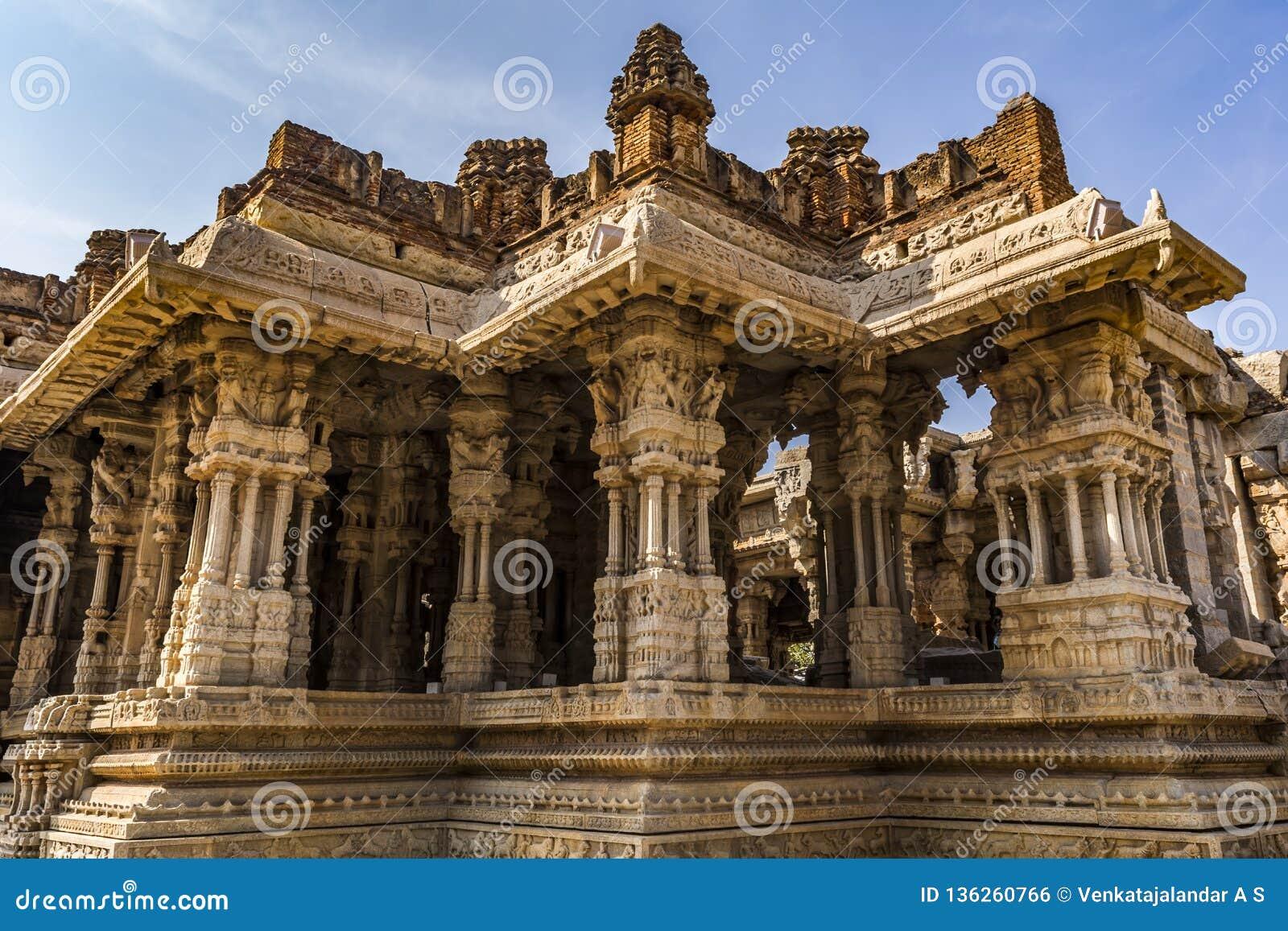 有星状的建筑学音乐柱子-在Vitala寺庙里面