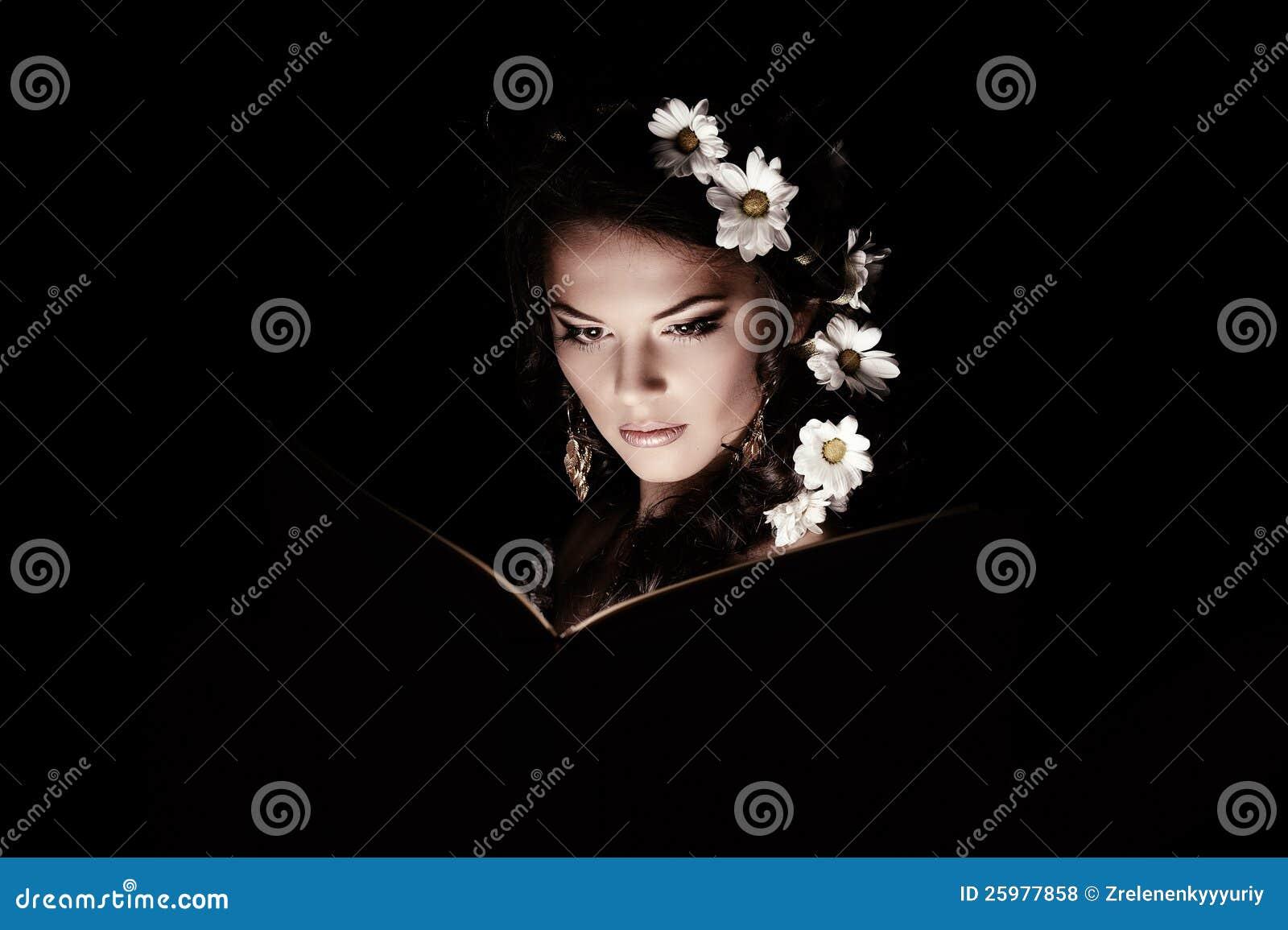 有春黄菊的女孩与神秘的光