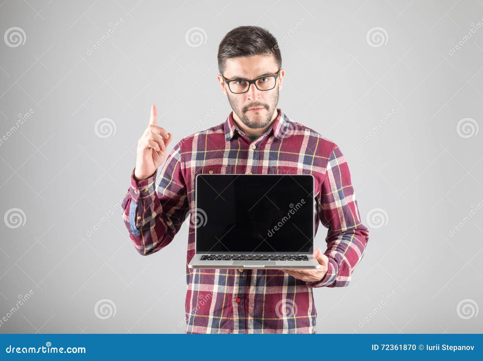 有显示注意姿态的膝上型计算机的人