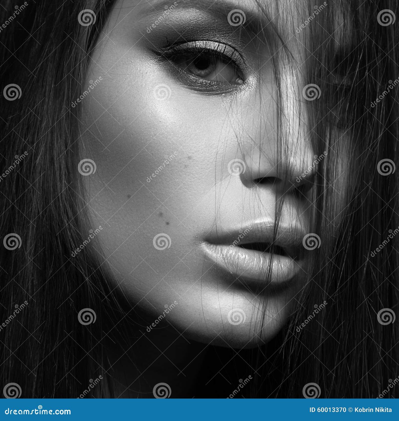 有晚上构成和长的直发的美丽的妇女 注视发烟性 床单方式放置照片诱人的白人妇女年轻人 白色的黑色接近的照片