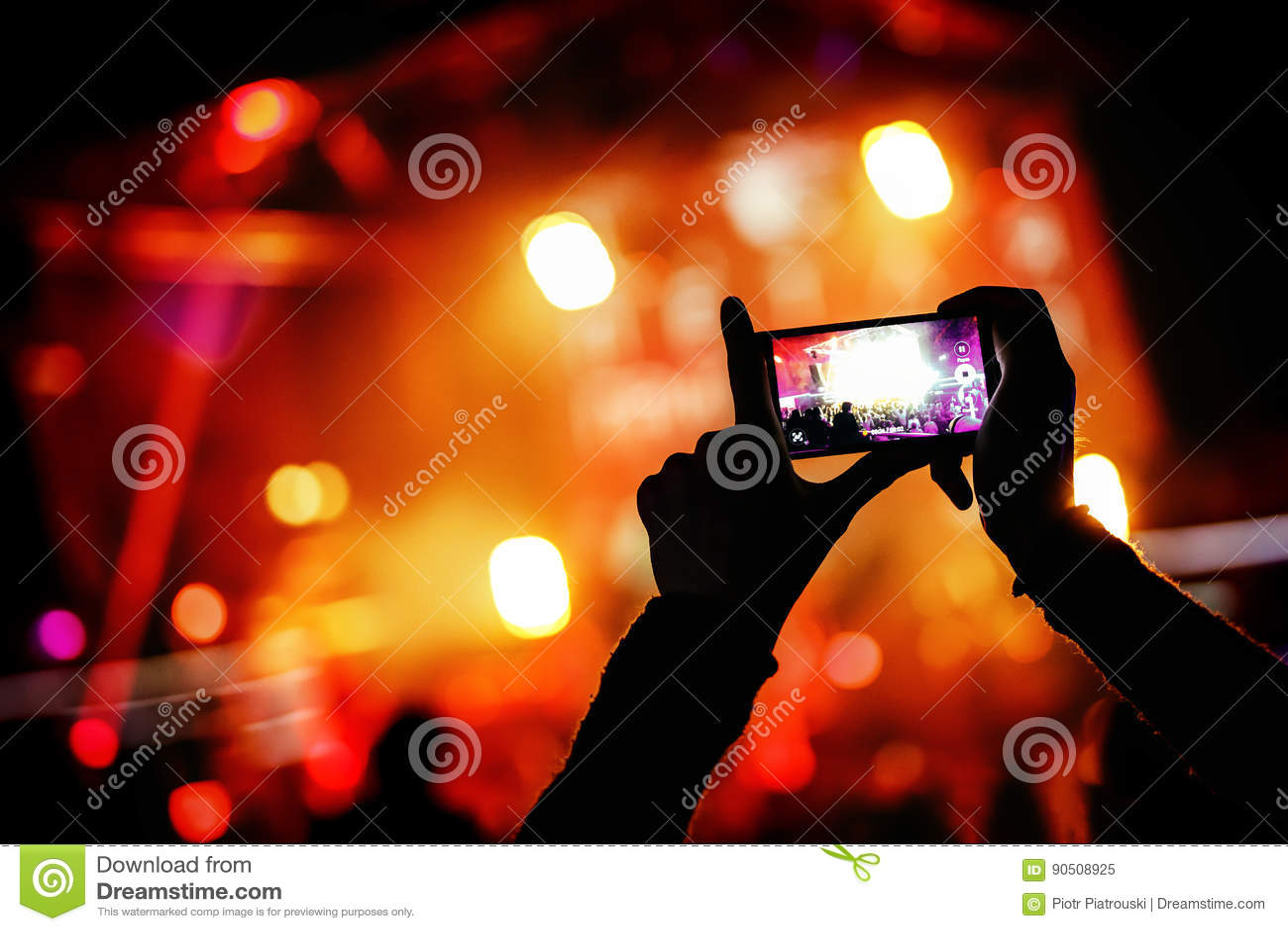 有智能手机的手记录实况音乐节日,生活音乐会,在阶段的展示