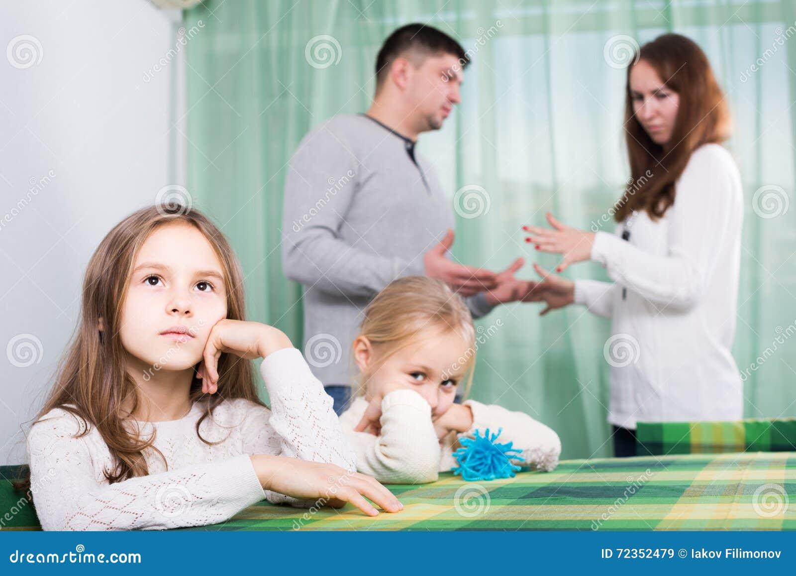 有有两个的小孩的家庭冲突在家