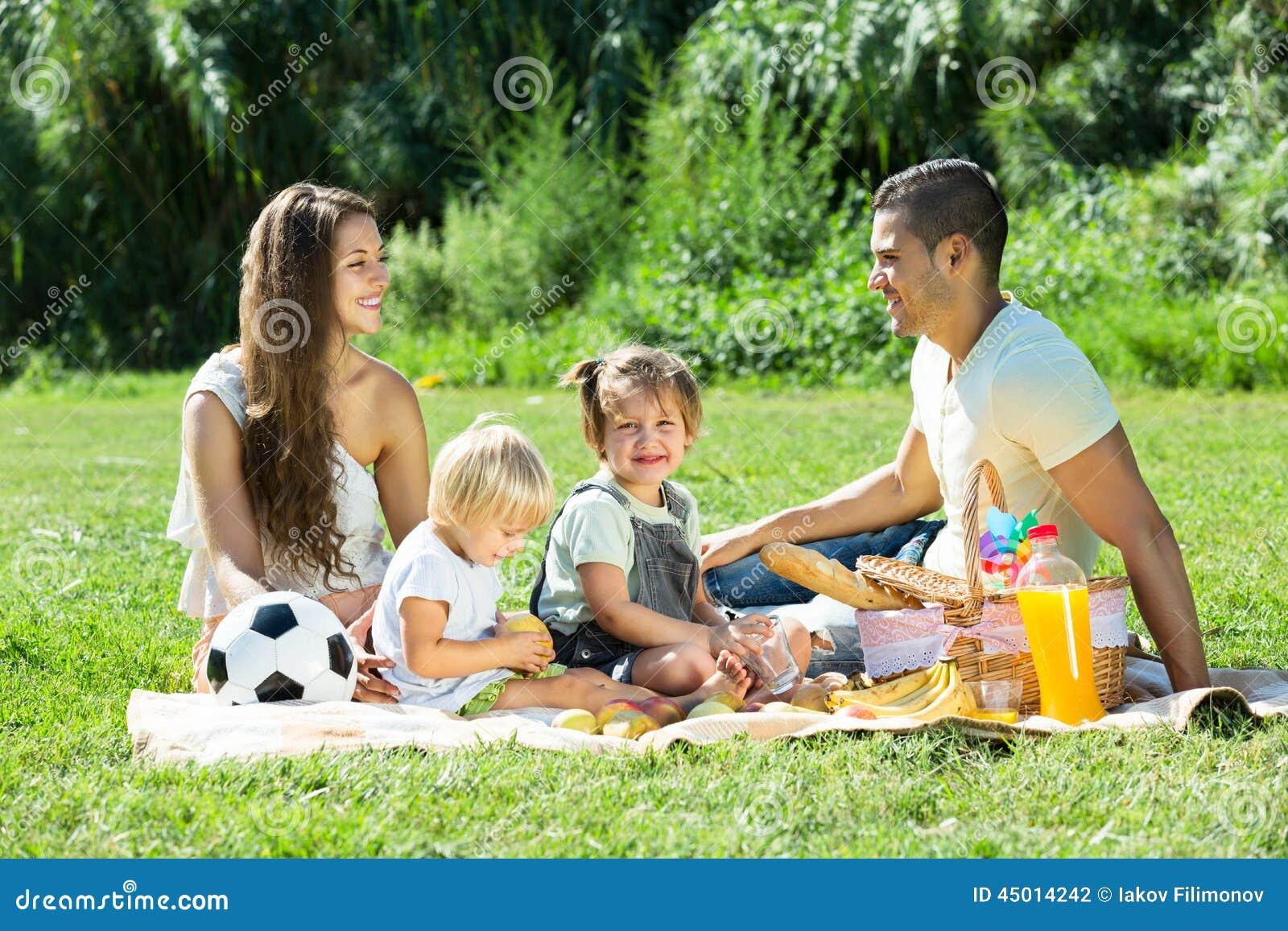 有有的女儿的父母野餐