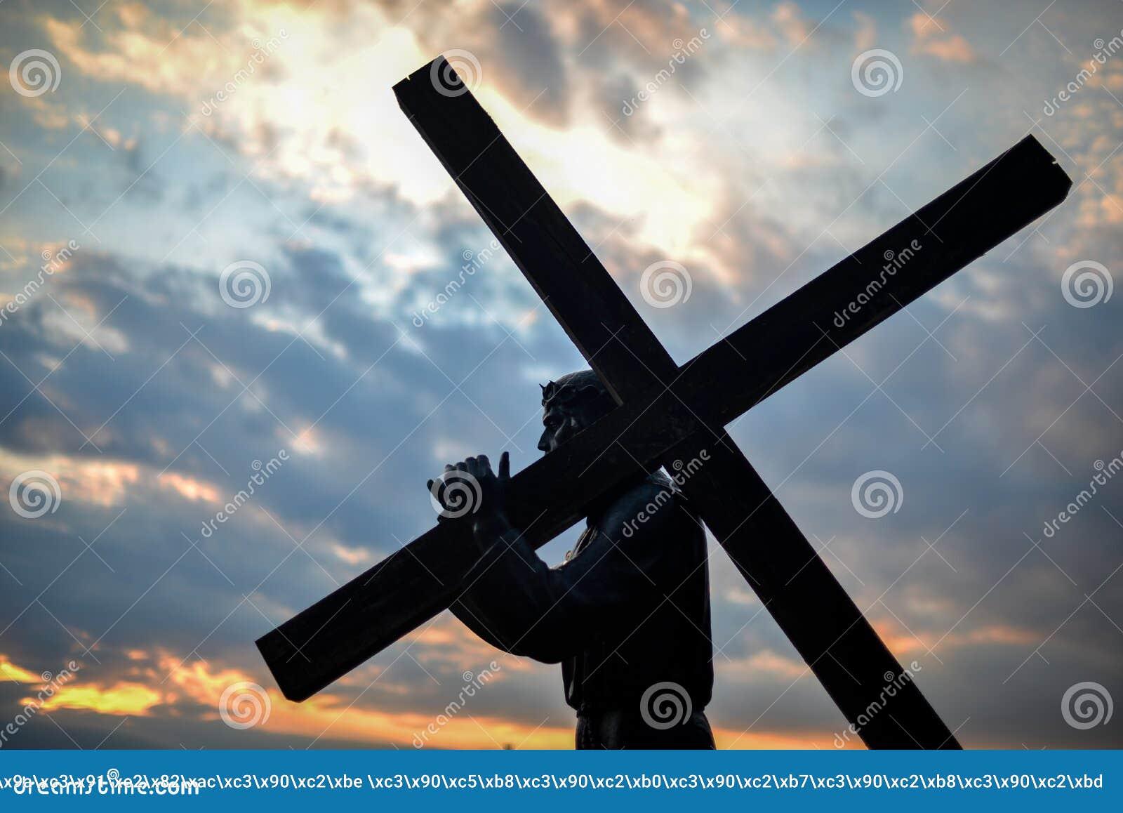 有木十字架的耶稣基督在晚上