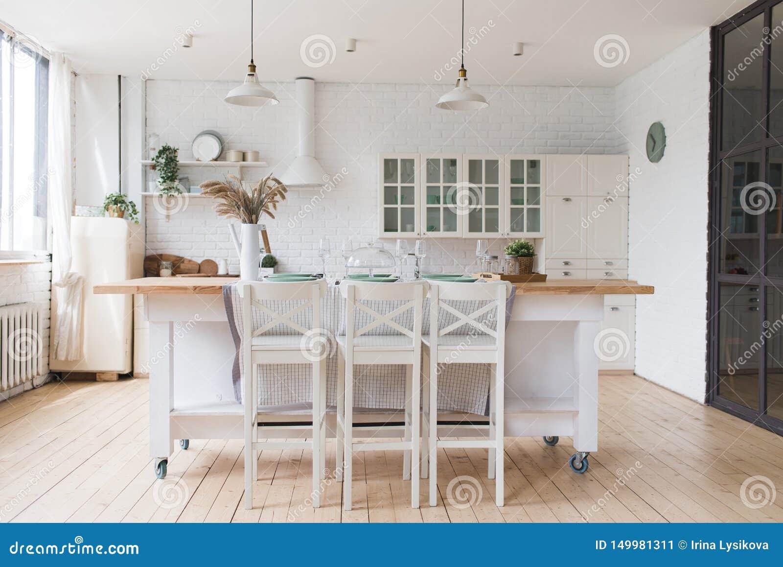 有木和白色细节的,minimalistic室内设计斯堪的纳维亚经典厨房 r