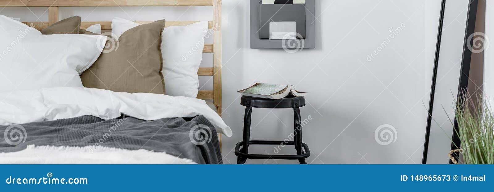 有木床的舒适卧室