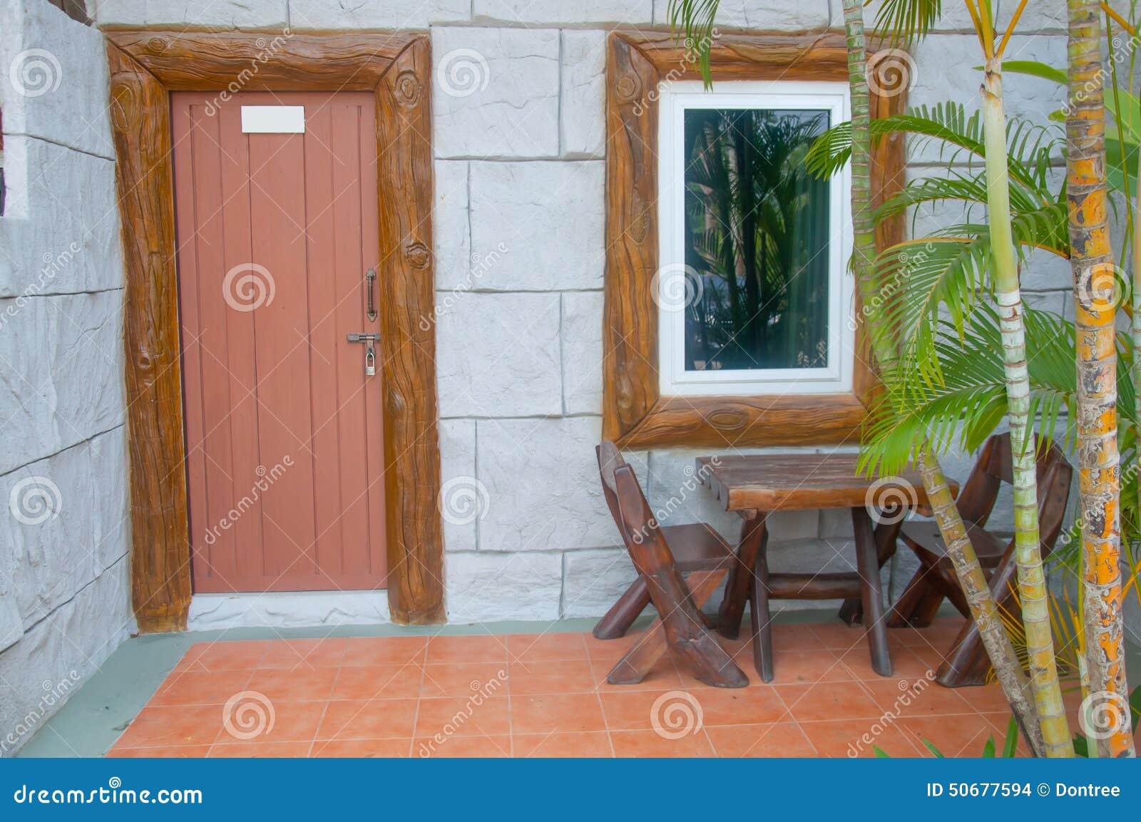 Download 有木桌的议院露台 库存照片. 图片 包括有 楼层, 房子, 放松, 椅子, 水平, 徽章, 灌木, 位子 - 50677594
