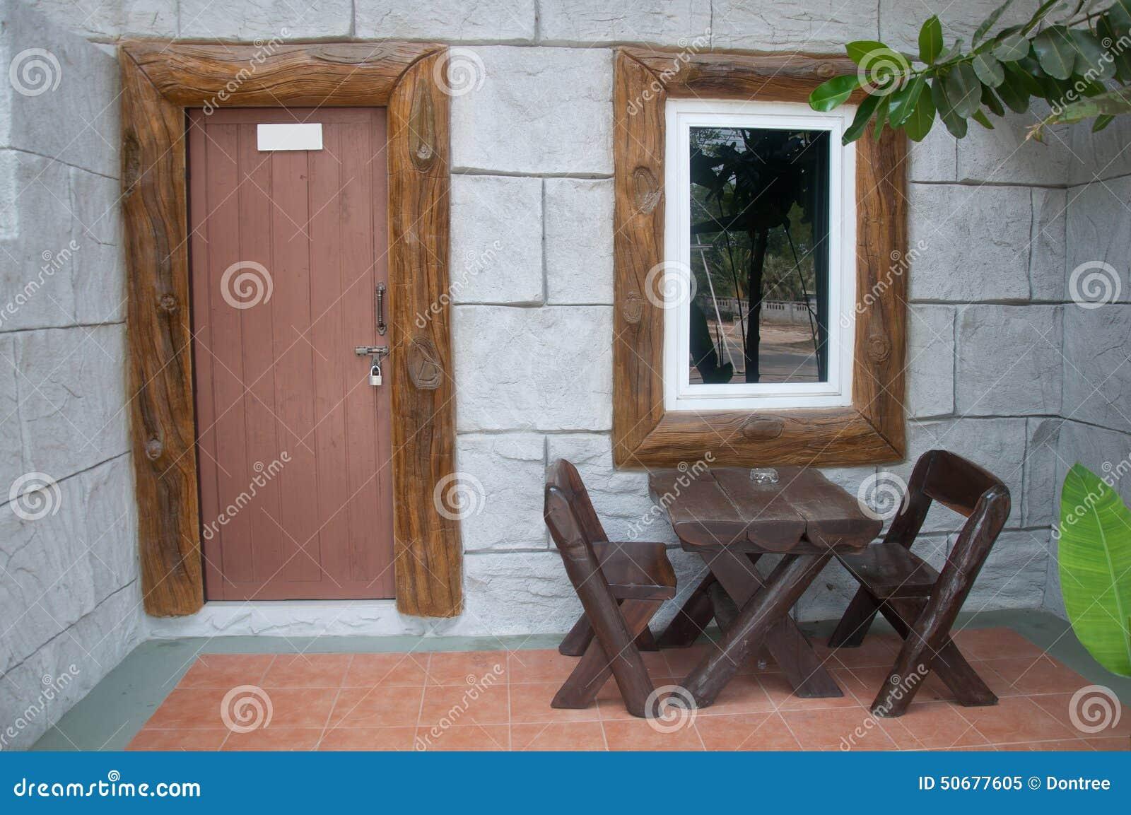 Download 有木桌的议院露台 库存图片. 图片 包括有 灌木, 工厂, 徽章, 外面, 楼层, 室外, 轻便马车, 结构树 - 50677605